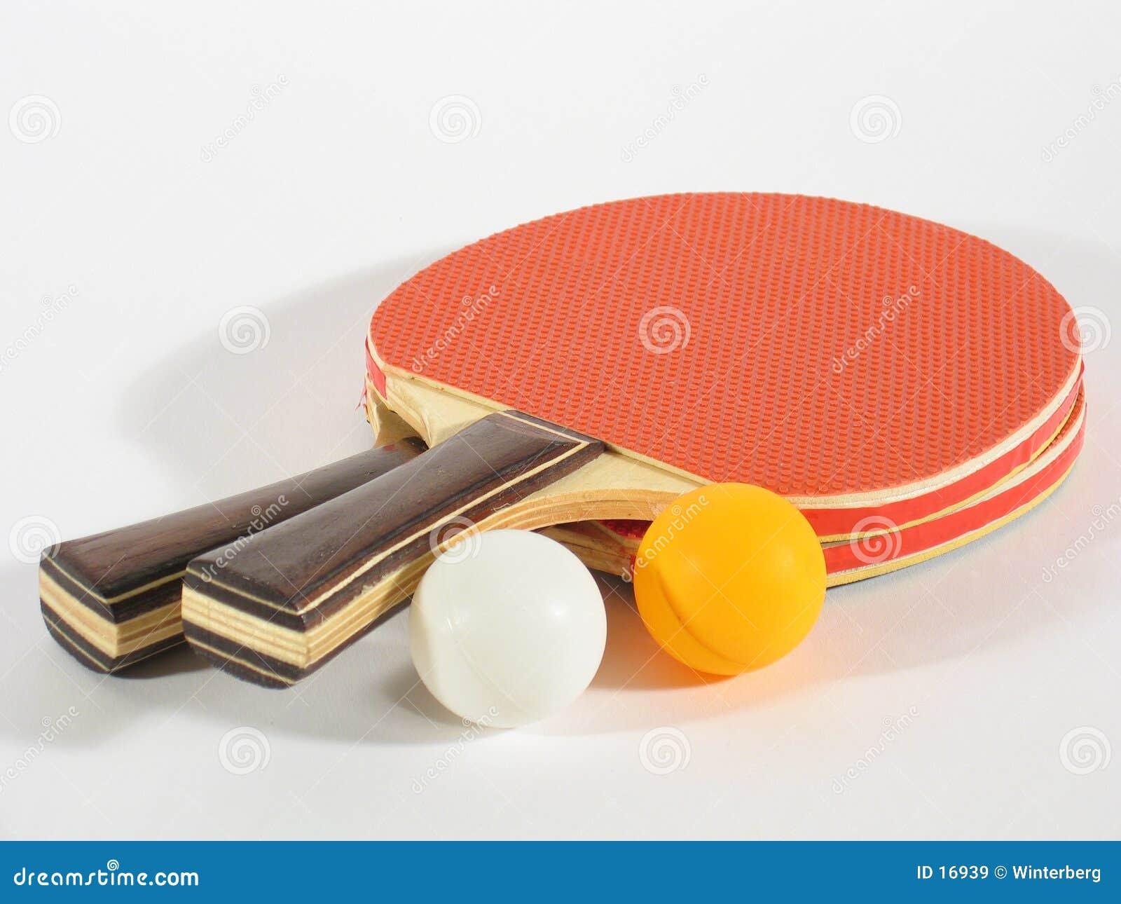 кладет настольный теннис на полку