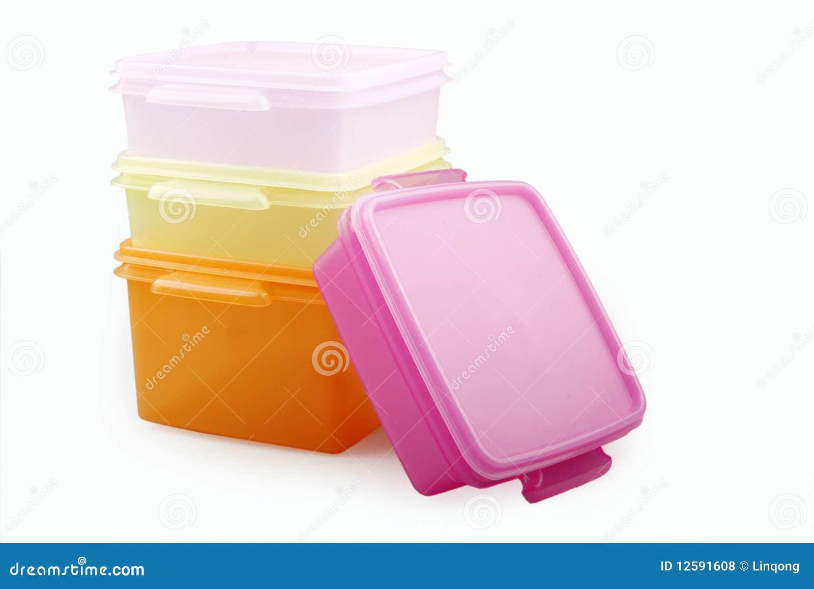 кладет пластичное хранение в коробку
