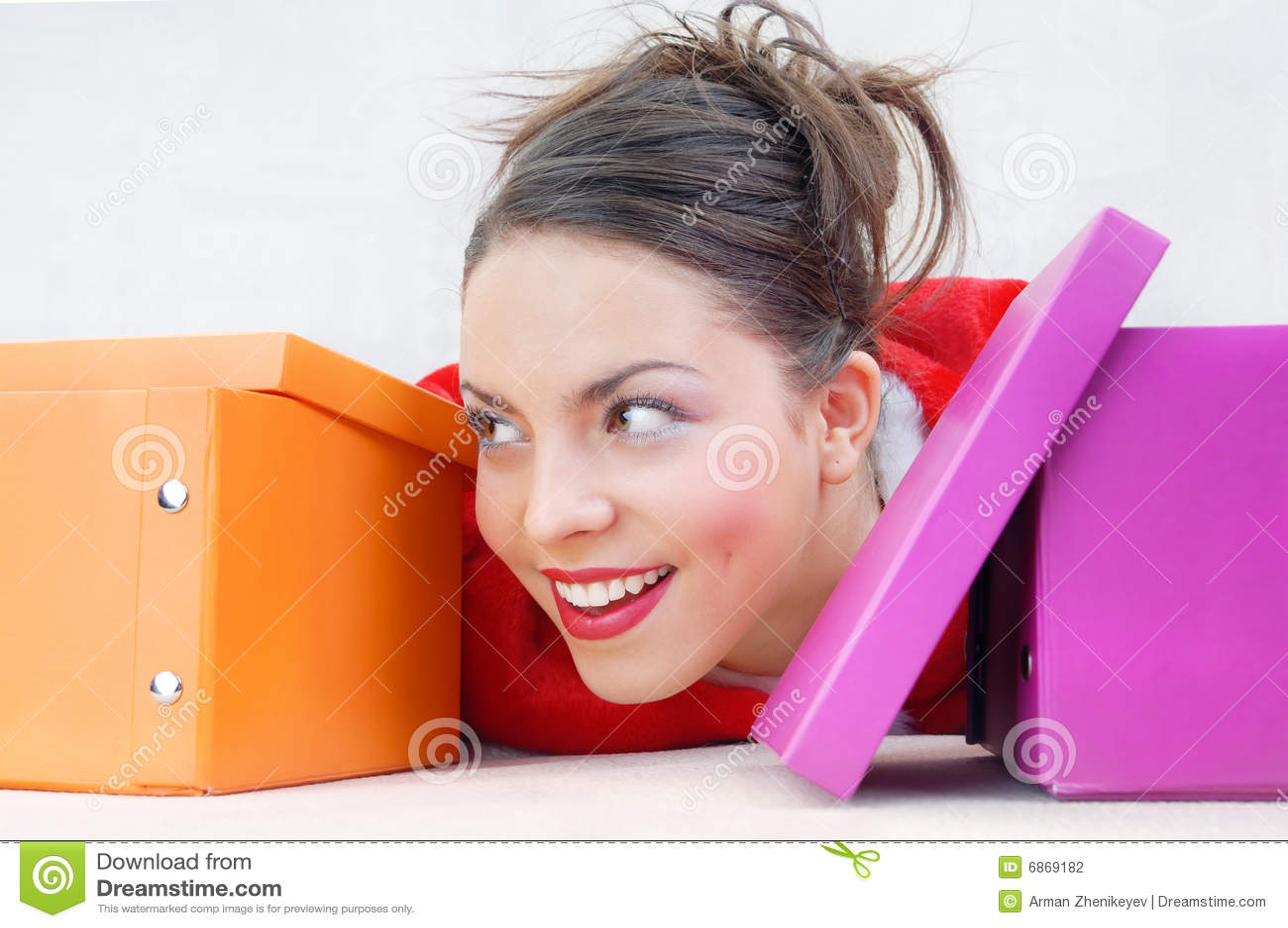 кладет повелительницу в коробку подарка счастливую