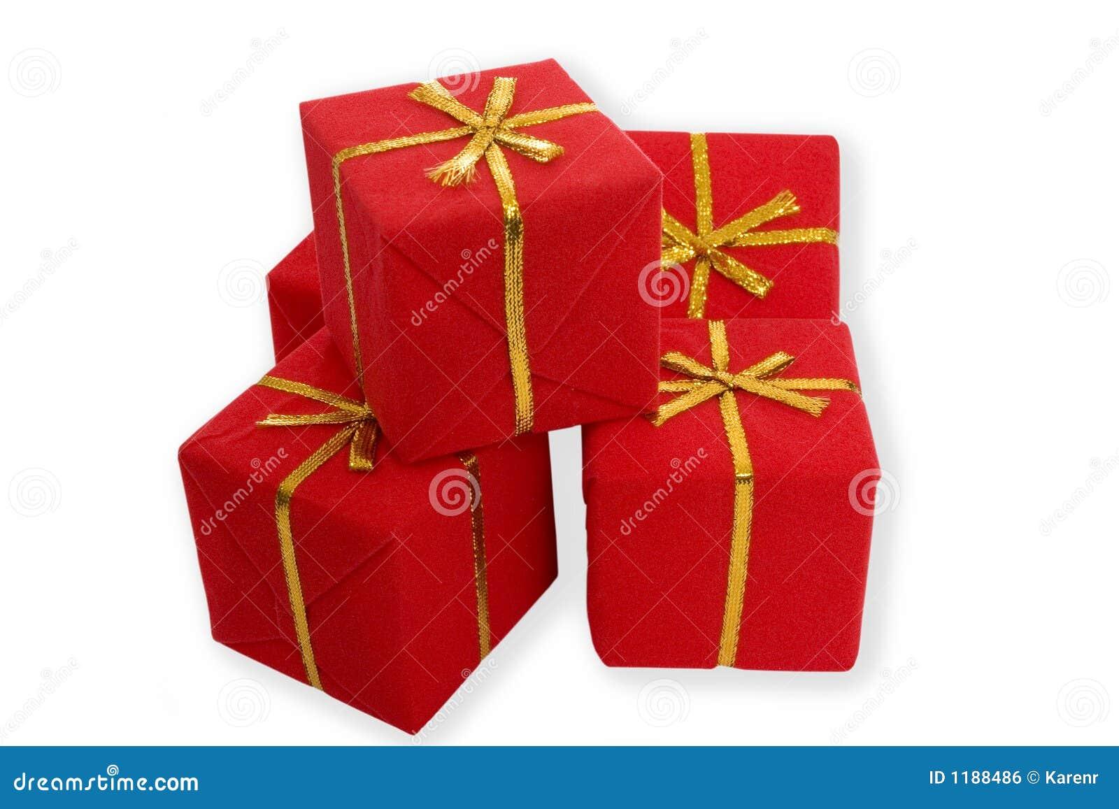 кладет подарки в коробку