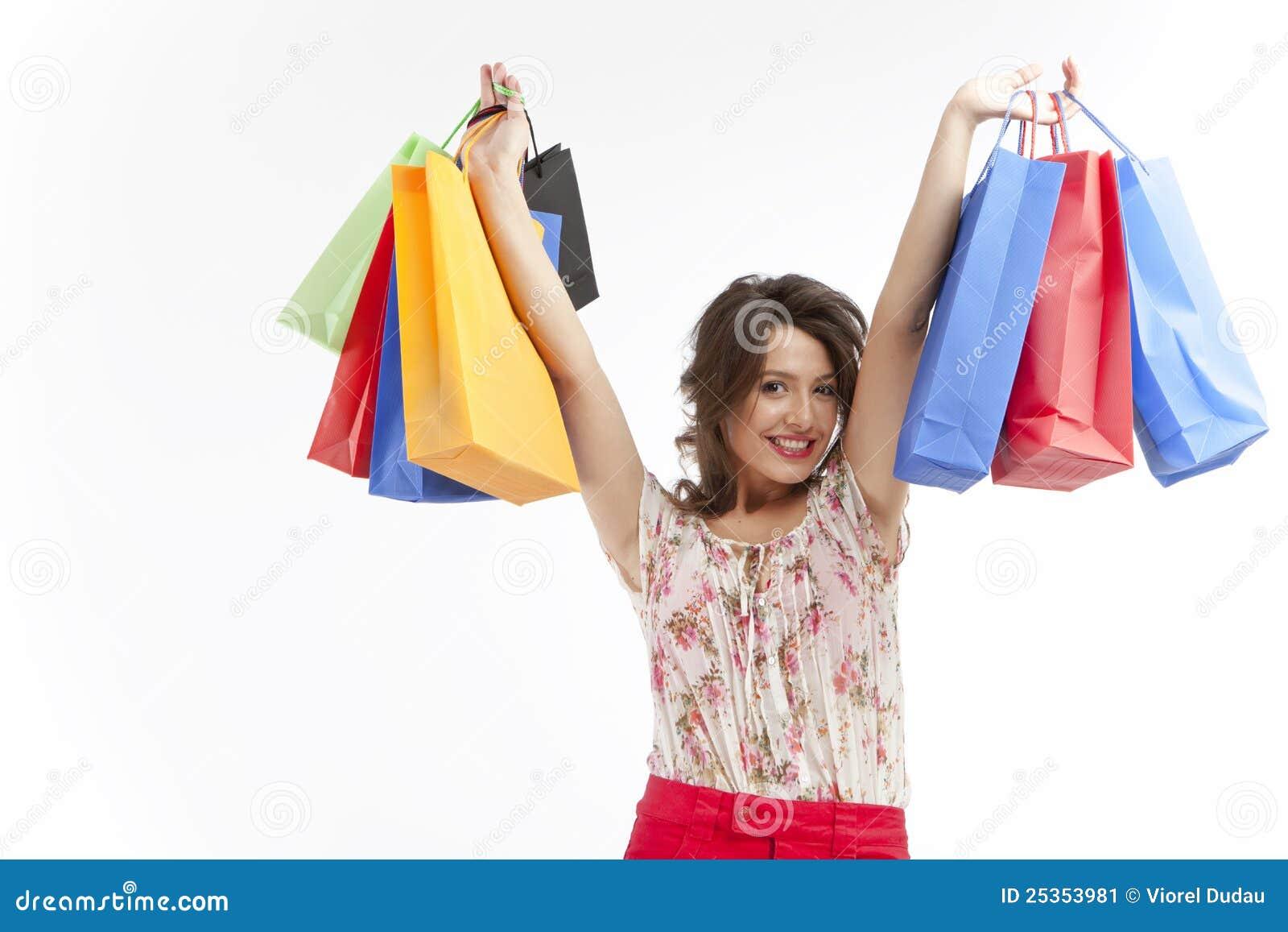 кладет счастливую женщину в мешки покупкы