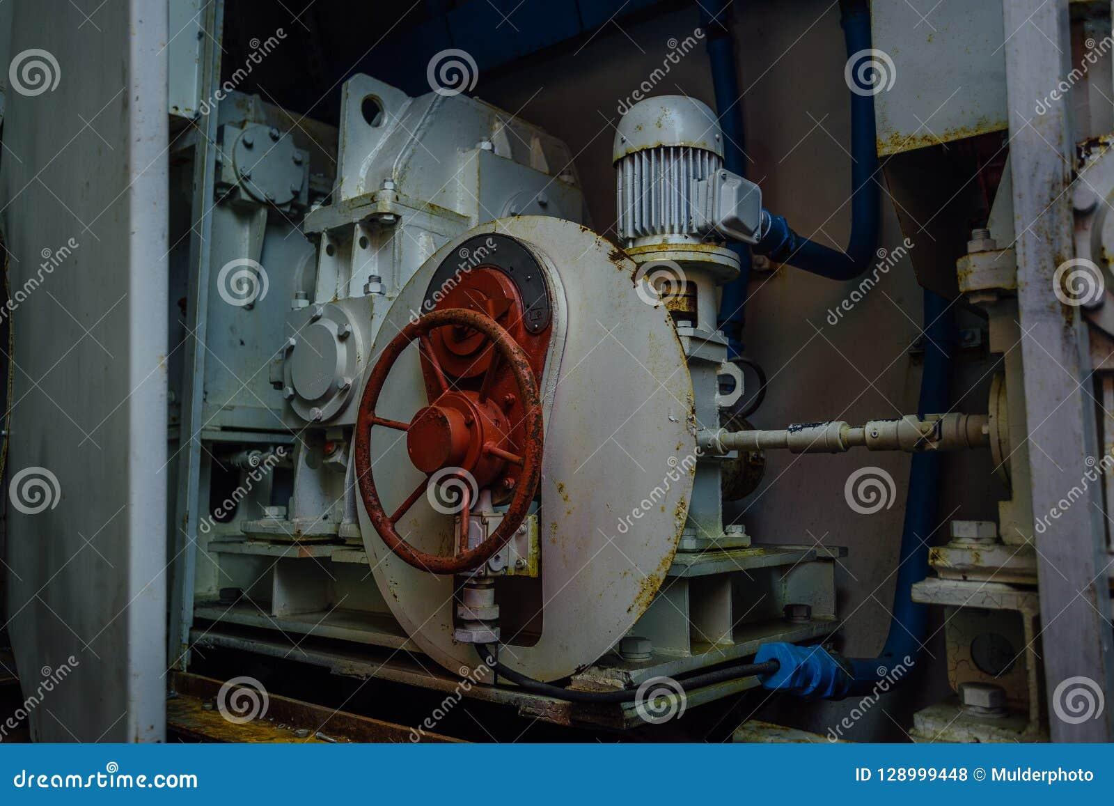 Клапан и двигатель гидравлической системы герметичного управления дверей в бункере