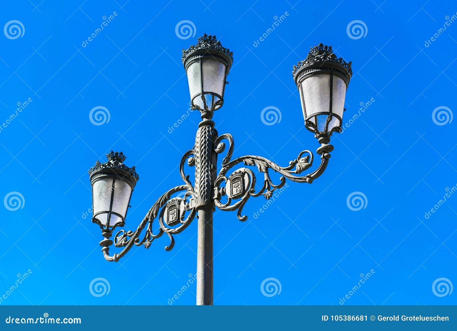Классическая старая лампа против голубого неба, Мадрид, Испания Скопируйте космос для текста
