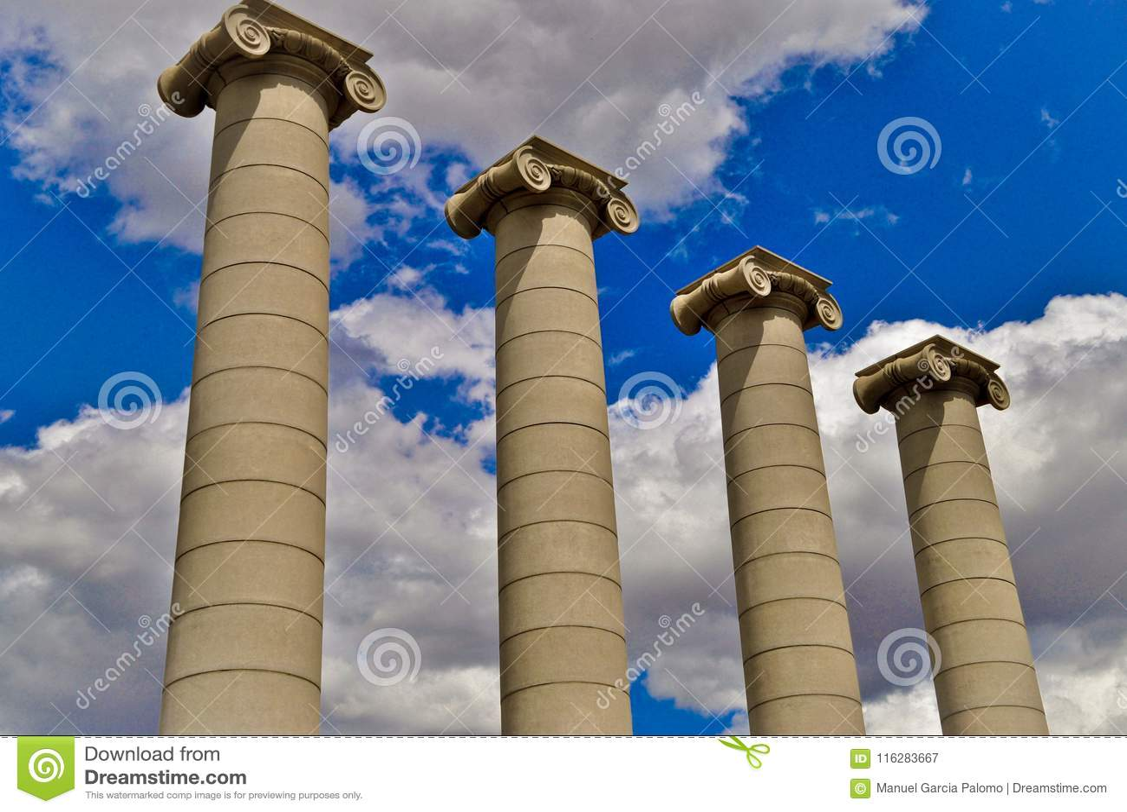 Классические столбцы под голубым небом в Барселоне Испании