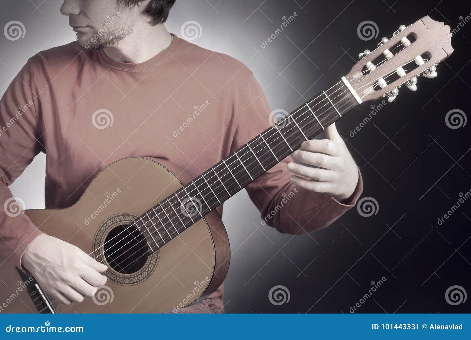 классический игрок гитары Классический гитарист играя акустическое guit