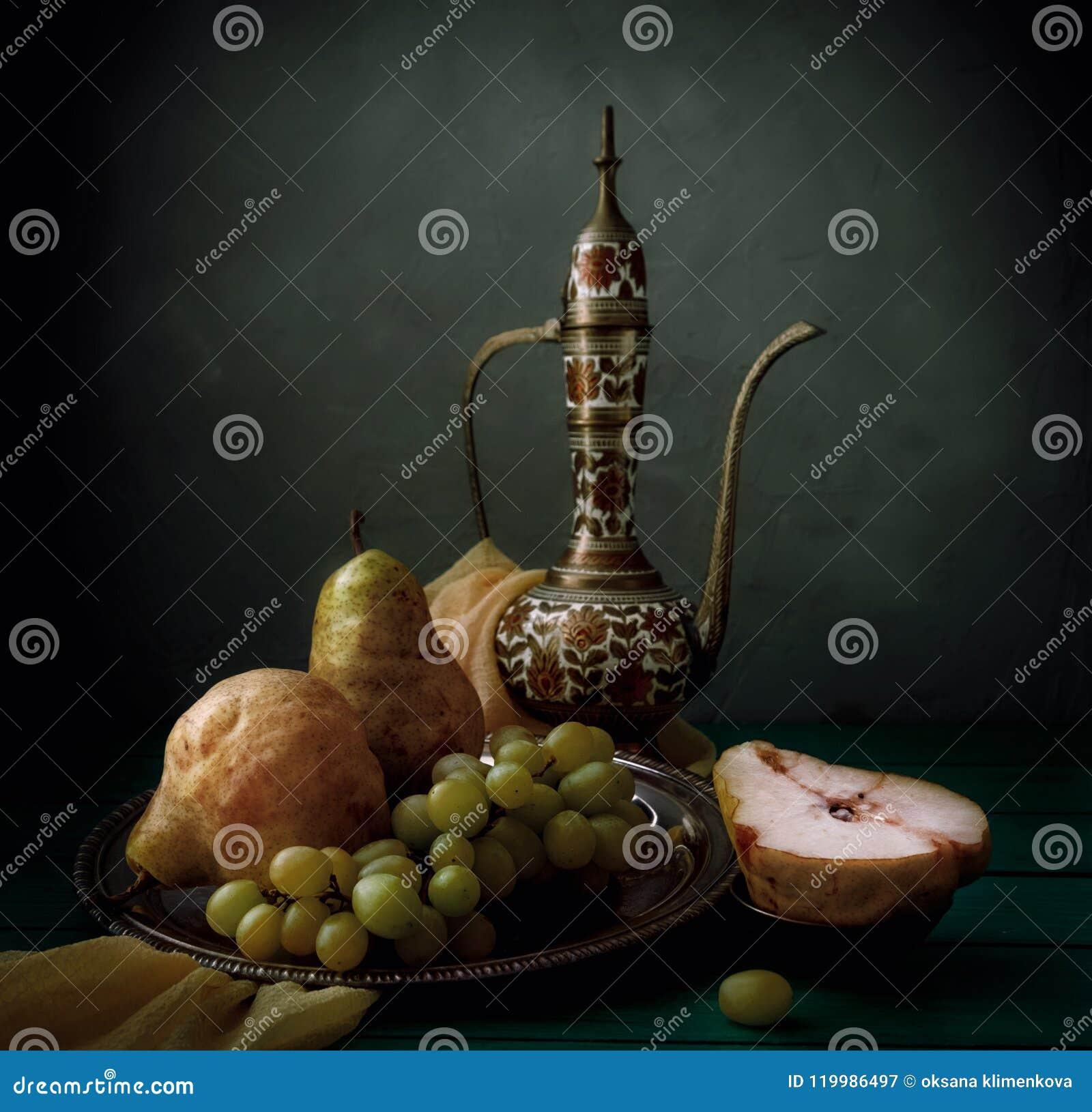 Классический натюрморт с кувшином, грушами и виноградиной на деревянном столе