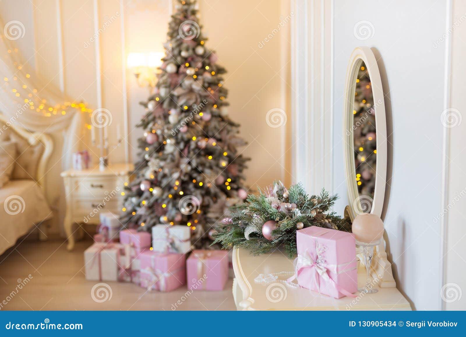 Классическое рождество украсило внутреннюю комнату с деревом Нового Года Современная роскошная спальня квартиры дизайна с кровать