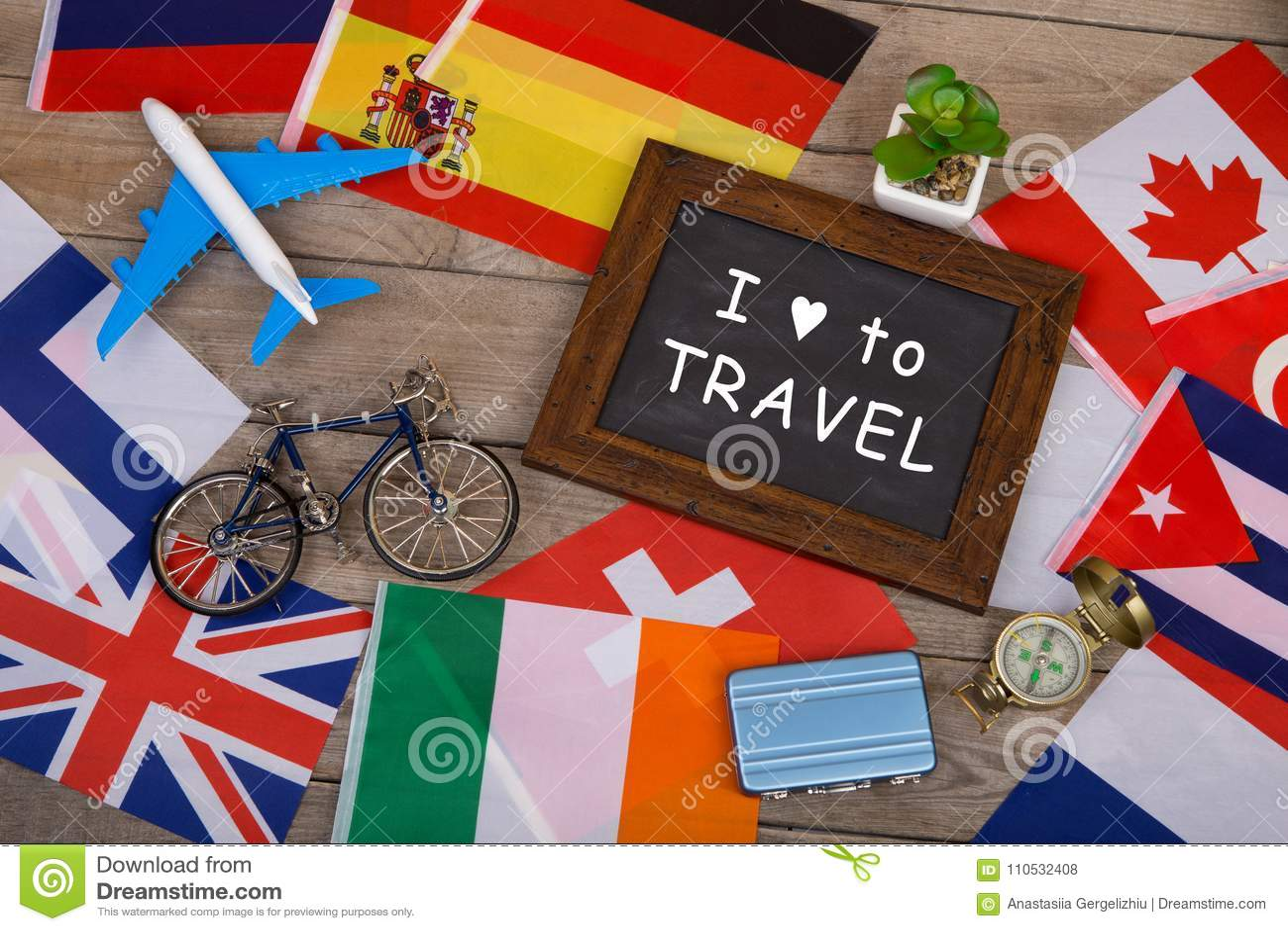 классн классный с текстом & x22; Я люблю к Travel& x22; , флаги различных стран, модель самолета, меньший велосипед и чемодан