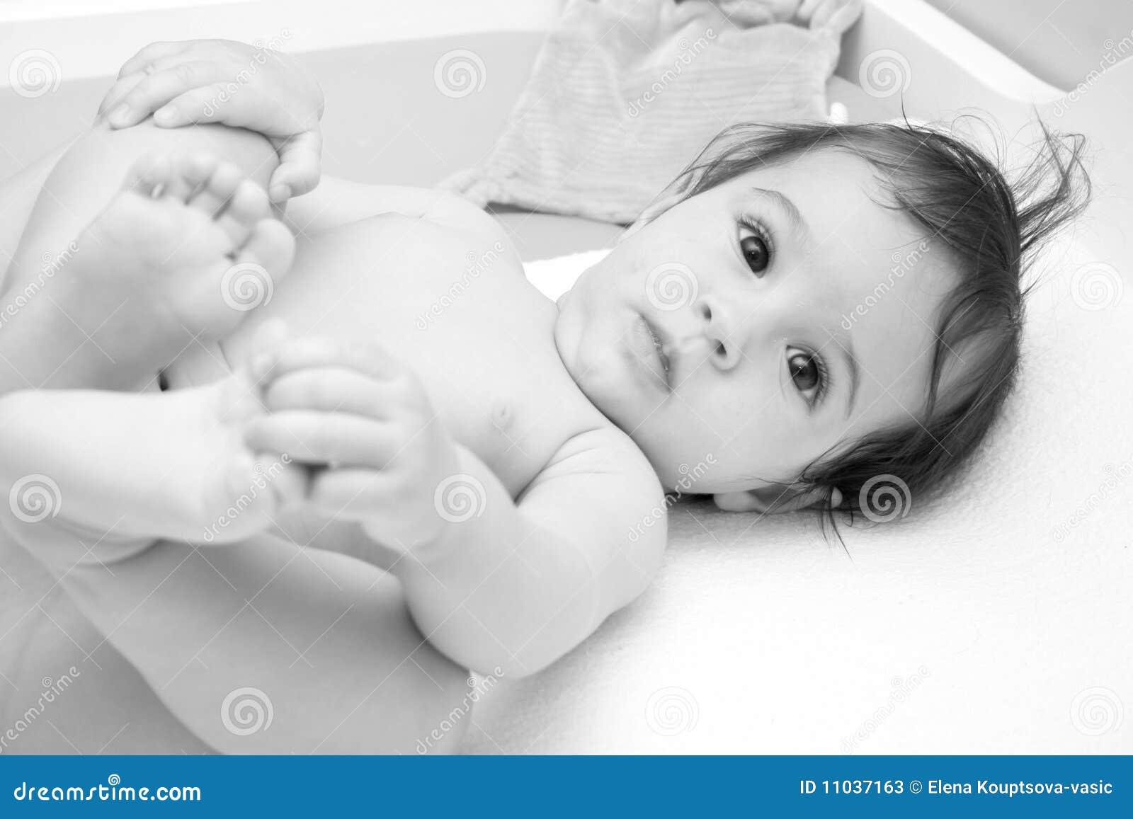 класть младенца