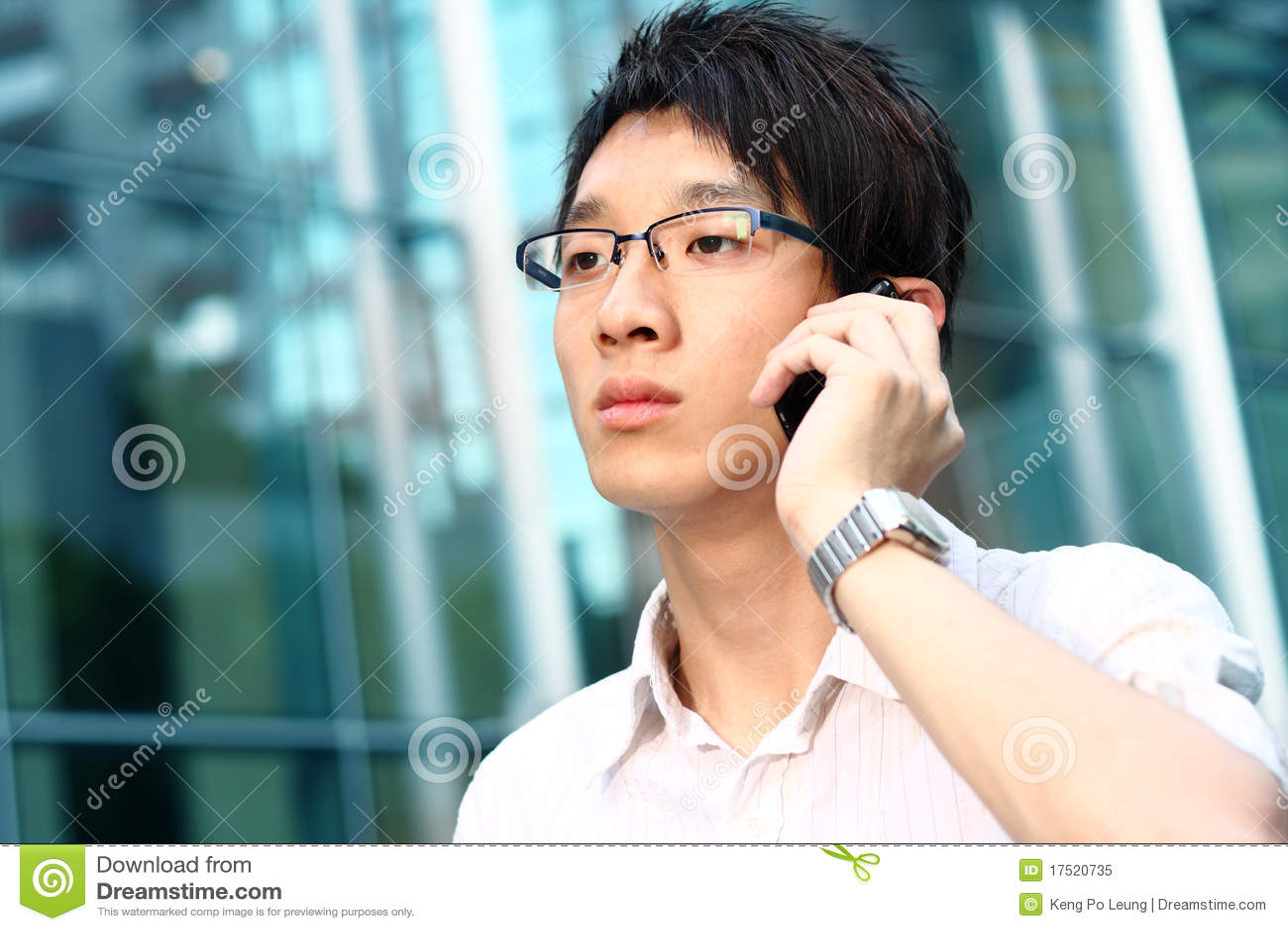 клетка азиатского бизнесмена вскользь его говорить телефона