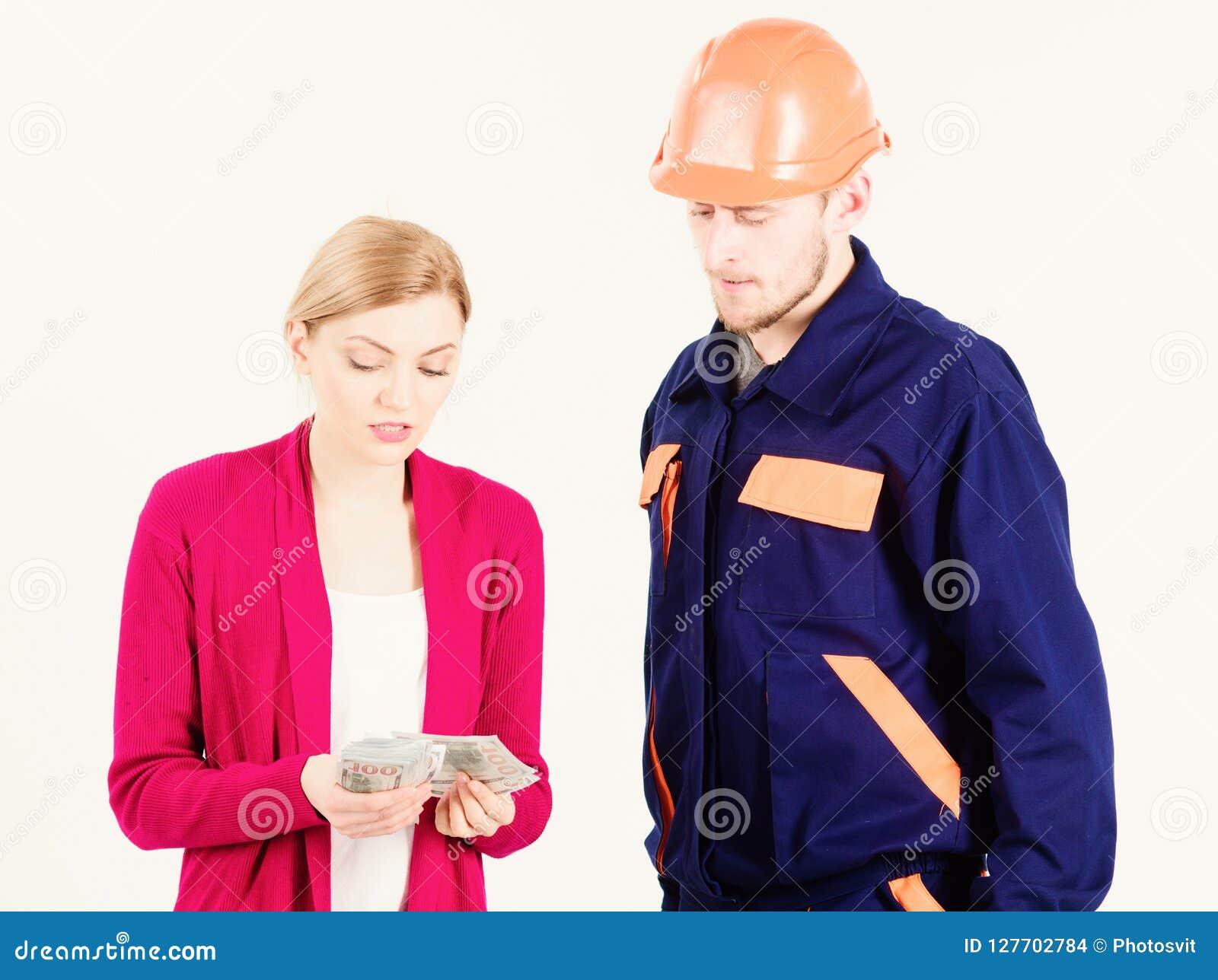 Клиент дает деньги к ремонтнику, построителю, механику с toolbox