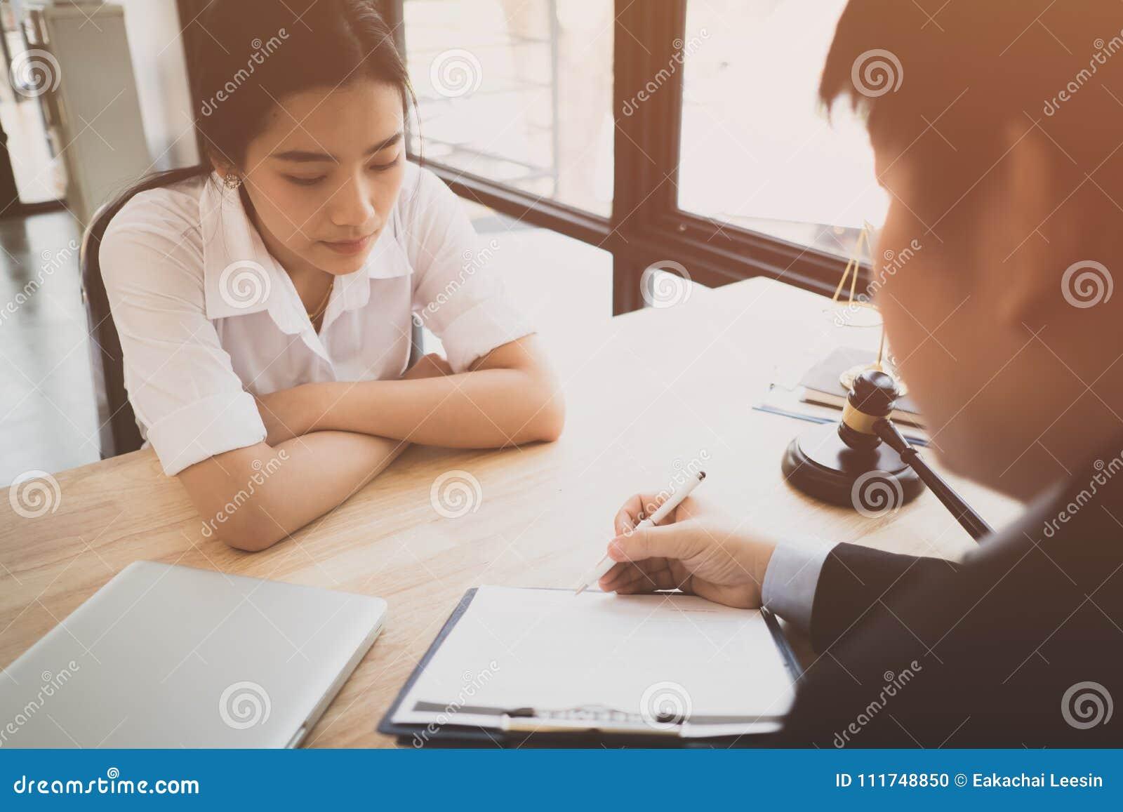 Клиент и юрист имеют встречу сидеть вниз лицом к лицу для того чтобы обсудить законное