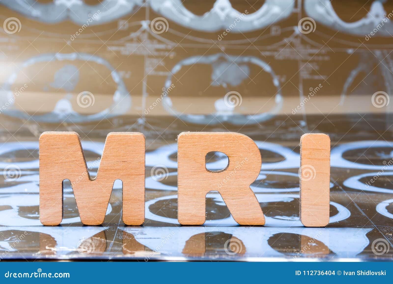 Клиническое воображение MRI магниторезонансное любит метод радиологии в диагностическом фото концепции медицины Слово MRI составл