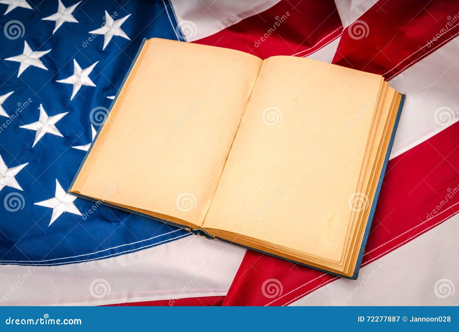 Download Книга года сбора винограда открытая на американском флаге Стоковое Изображение - изображение насчитывающей американская, патриотическо: 72277887