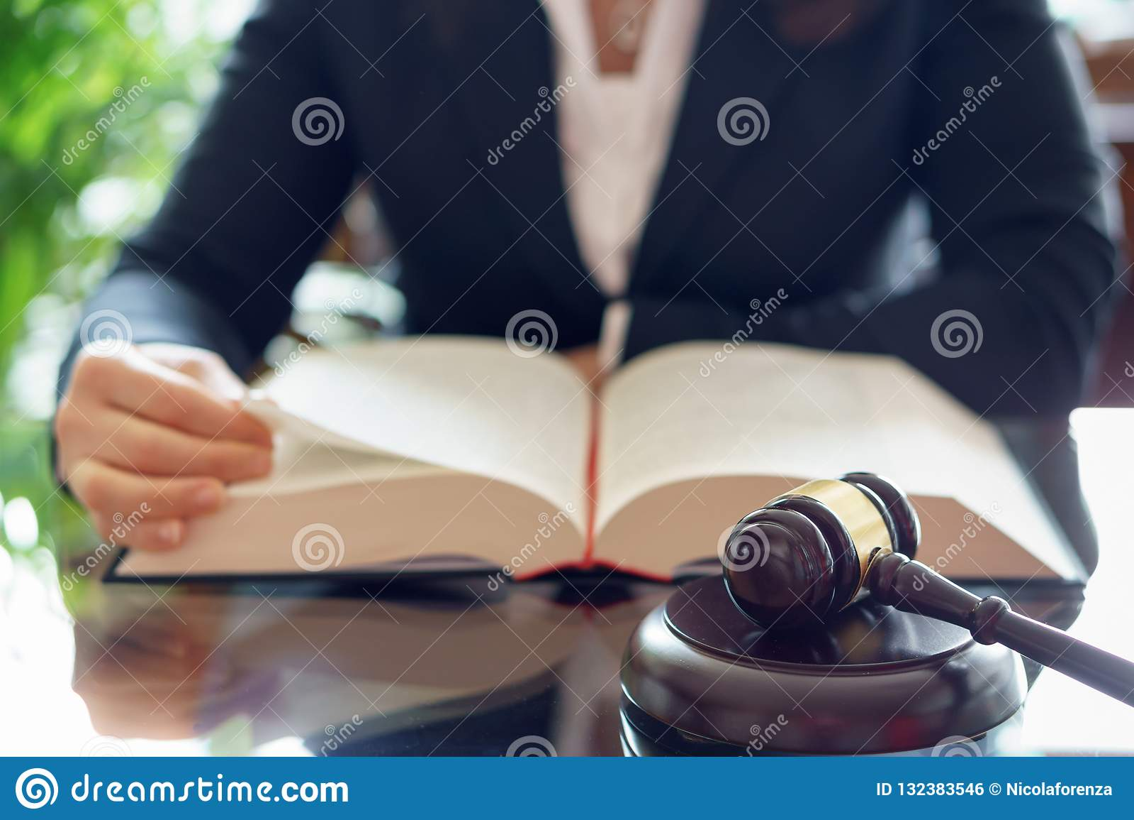 Книга по праву чтения молотка и юриста судьи
