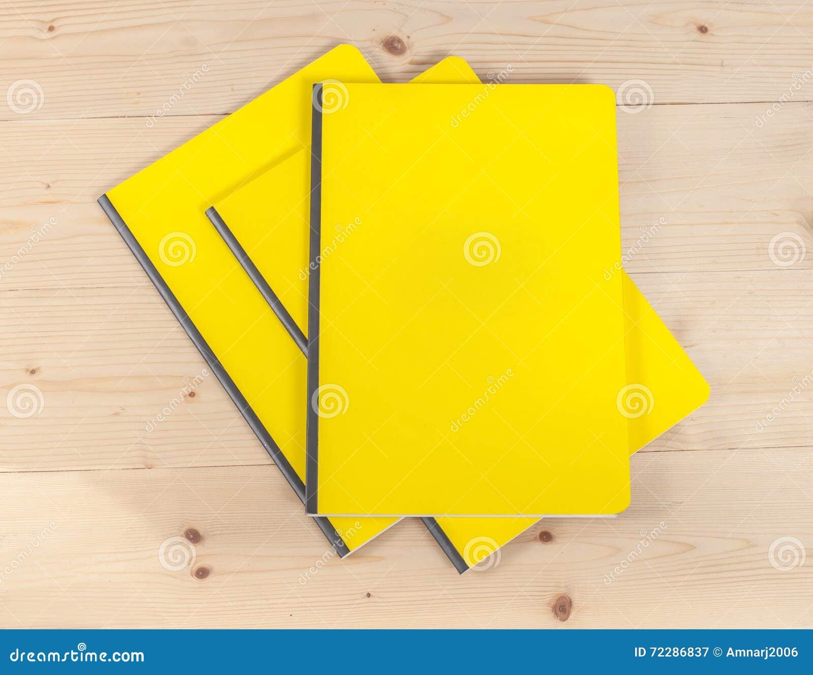 Download Книга пустой крышки на древесине Стоковое Изображение - изображение насчитывающей бело, словесность: 72286837