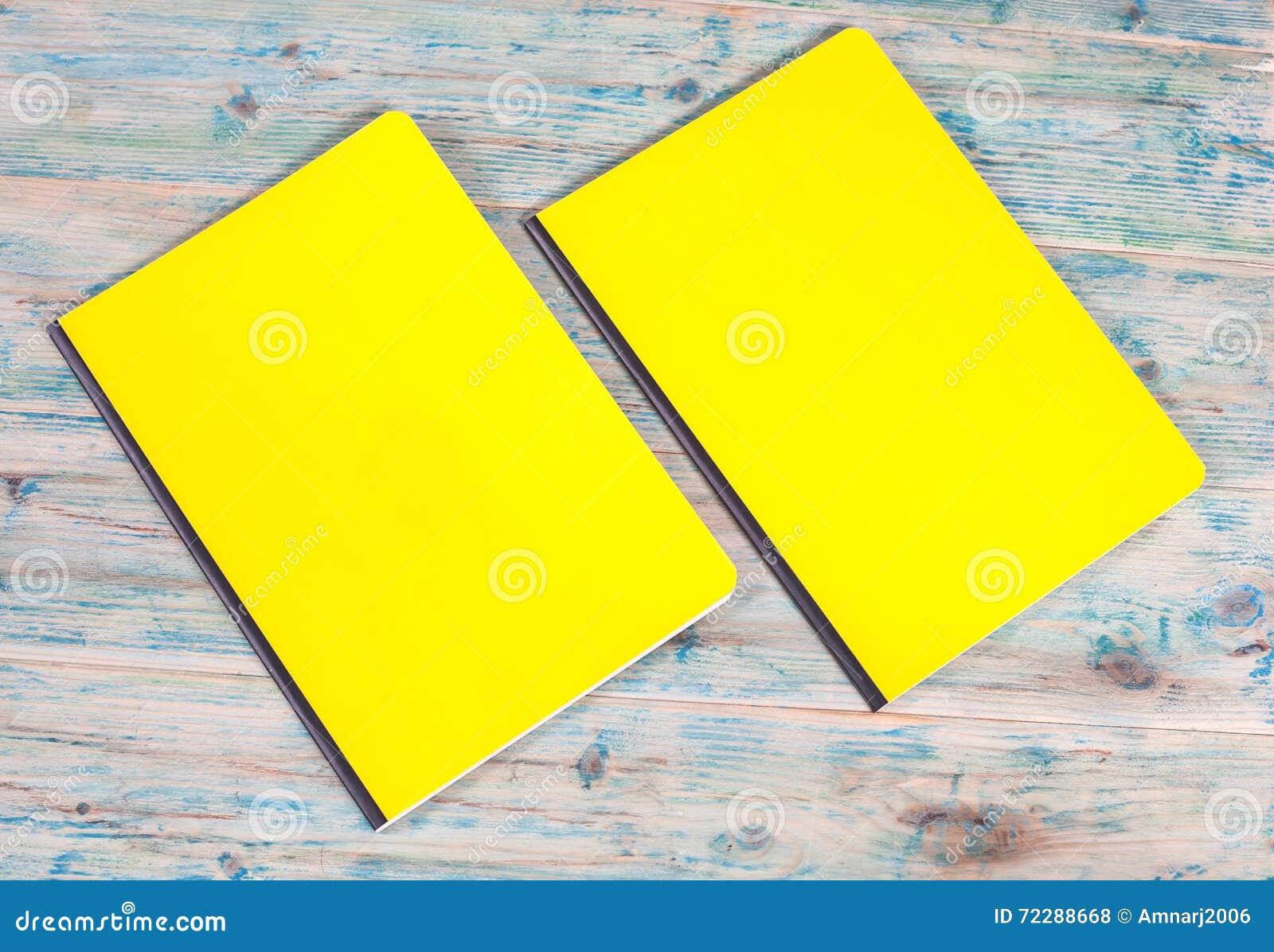 Download Книга пустой крышки на древесине Стоковое Фото - изображение насчитывающей маркетинг, памфлет: 72288668