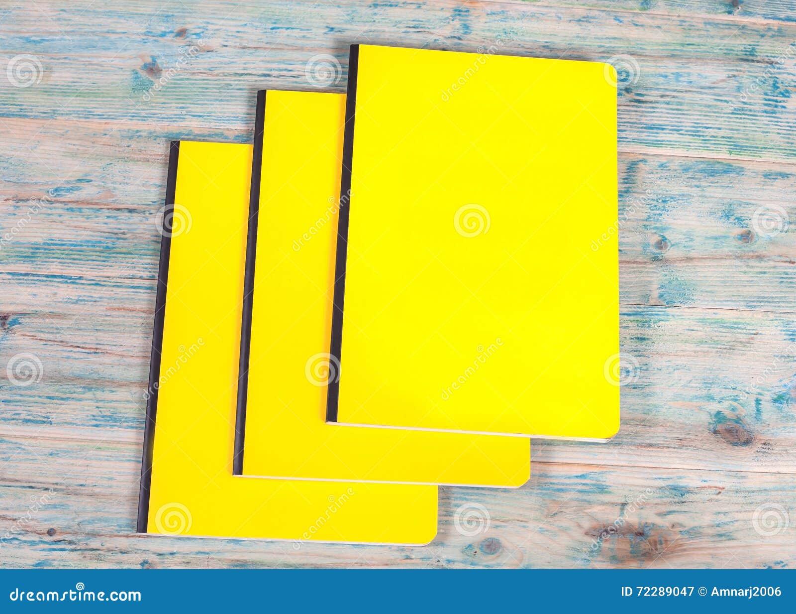 Download Книга пустой крышки на древесине Стоковое Изображение - изображение насчитывающей backhoe, конструкция: 72289047