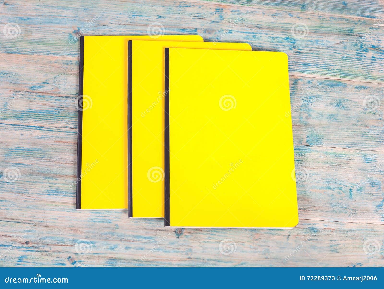 Download Книга пустой крышки на древесине Стоковое Изображение - изображение насчитывающей стог, открыто: 72289373