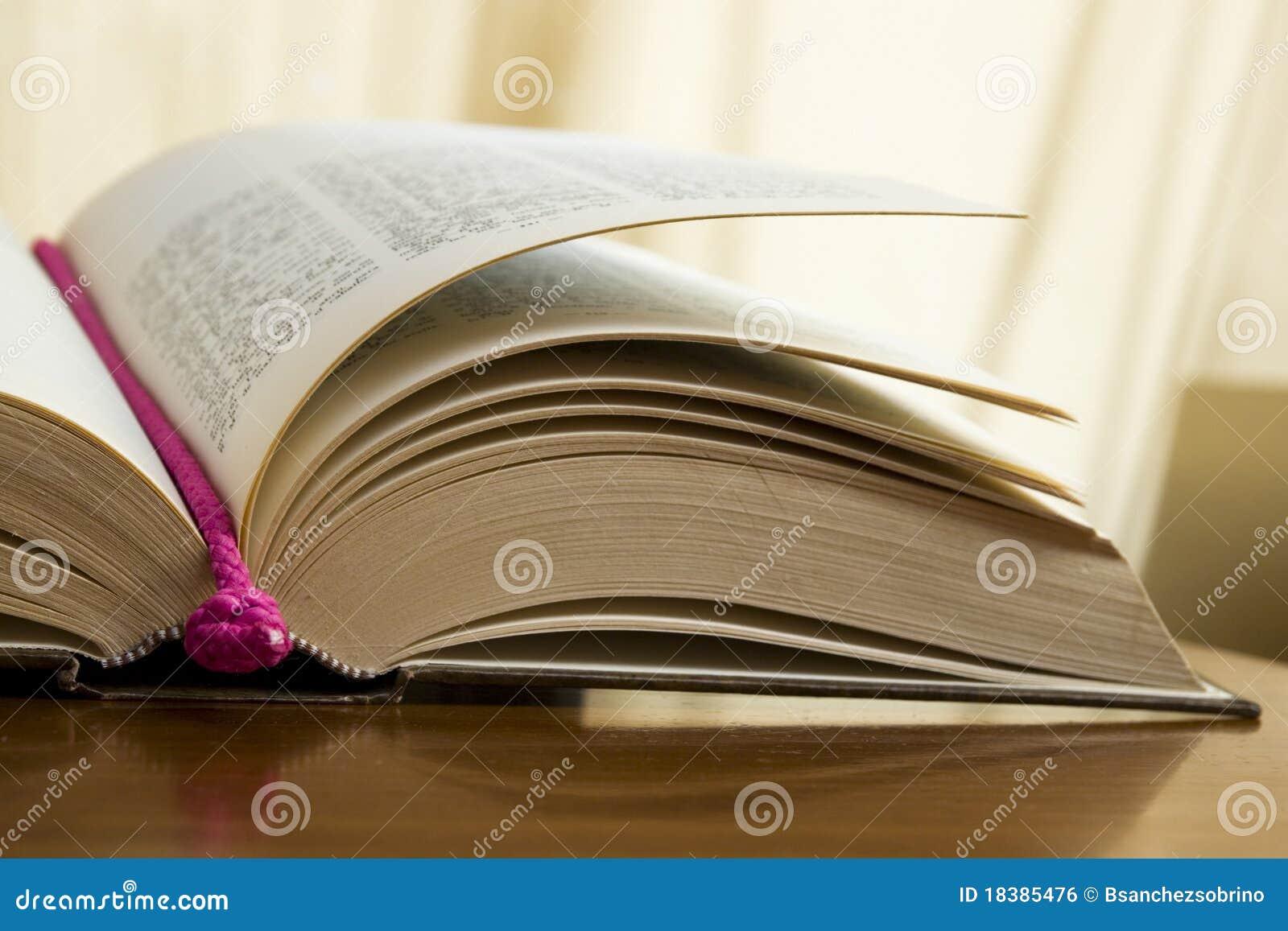 книга старая раскрывает