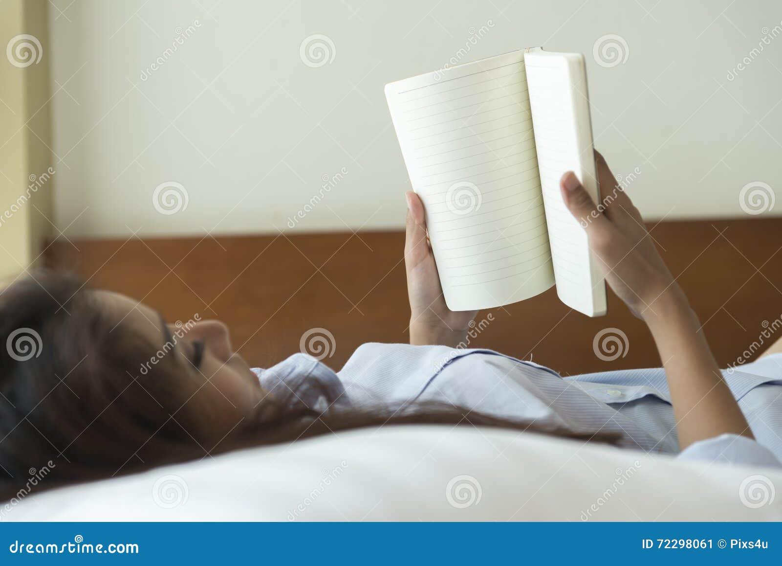 Download Книга чтения молодой женщины пока лежащ на кровати Стоковое Изображение - изображение насчитывающей привлекательностей, дневник: 72298061