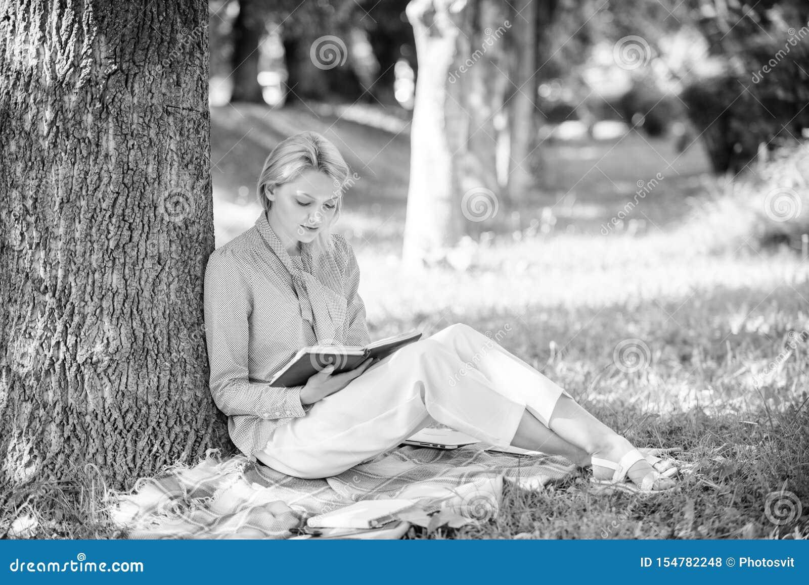 Книги каждая девушка должна прочитать Ослабьте отдых концепция хобби Самые лучшие книги самопомощи для женщин Сконцентрированная