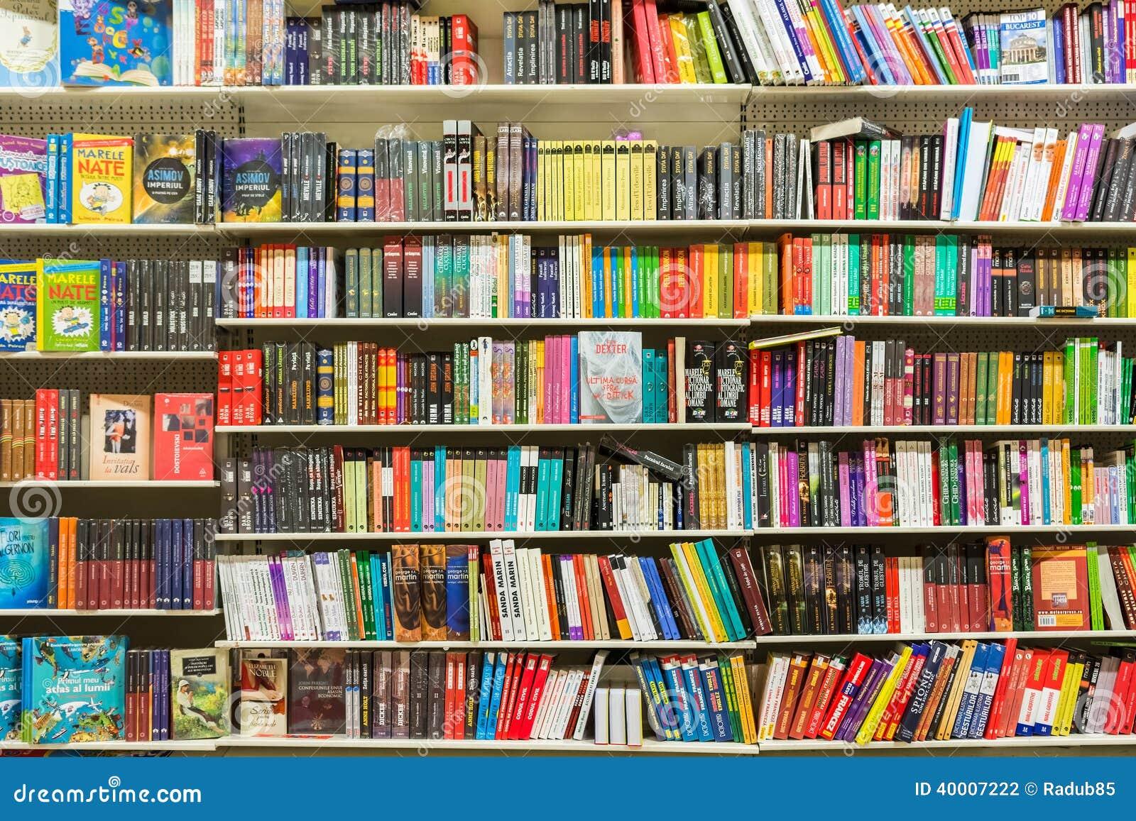 Книги на полке библиотеки редакционное фотография. изображен.