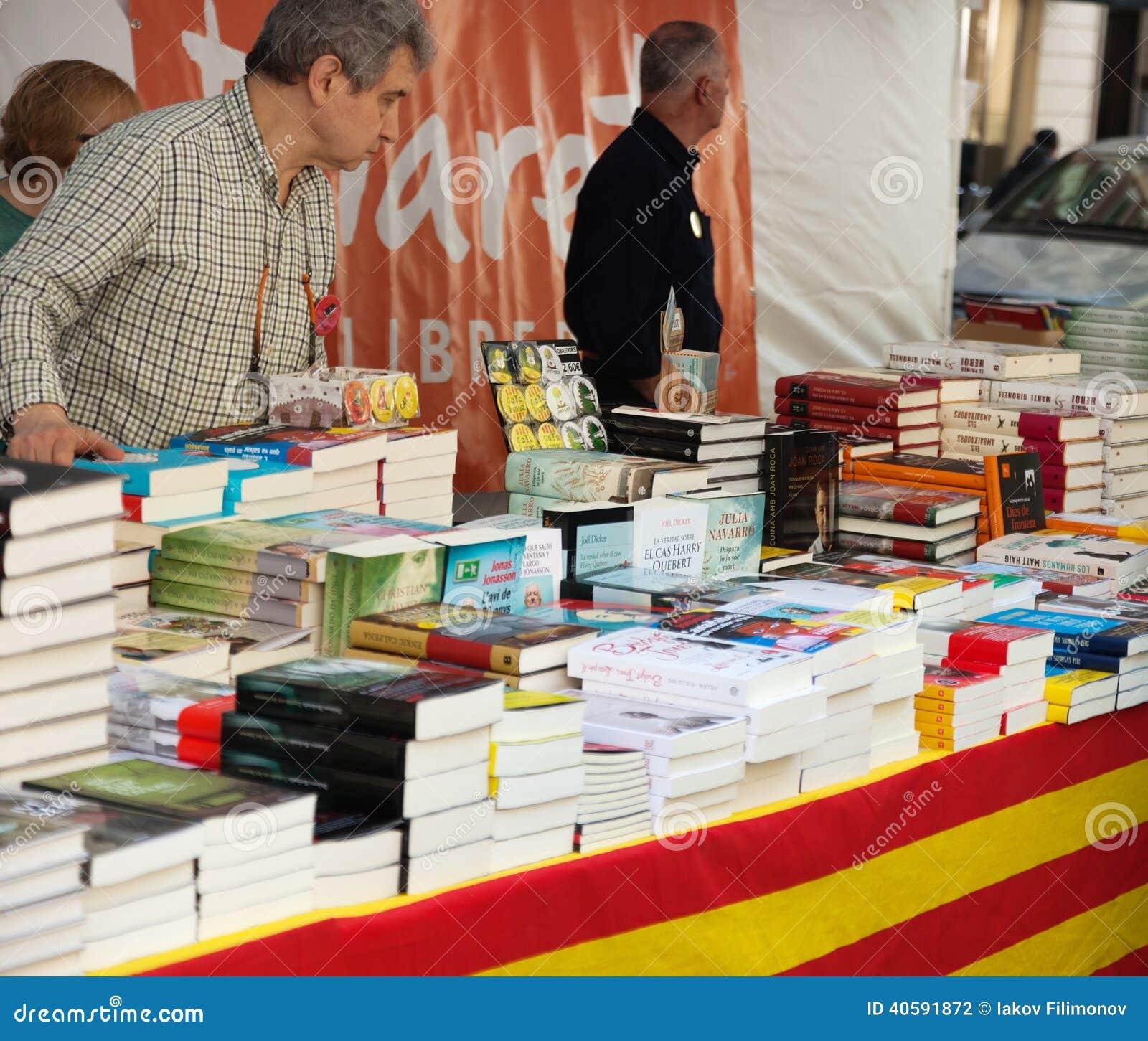 Книги на стойлах улицы в Барселоне, Каталонии