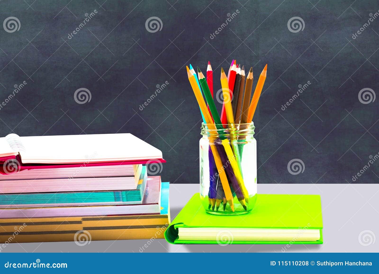 Книги, ручка, карандаш и конторские машины на голубой предпосылке, образовании и назад к вопросу школы, пути клиппирования