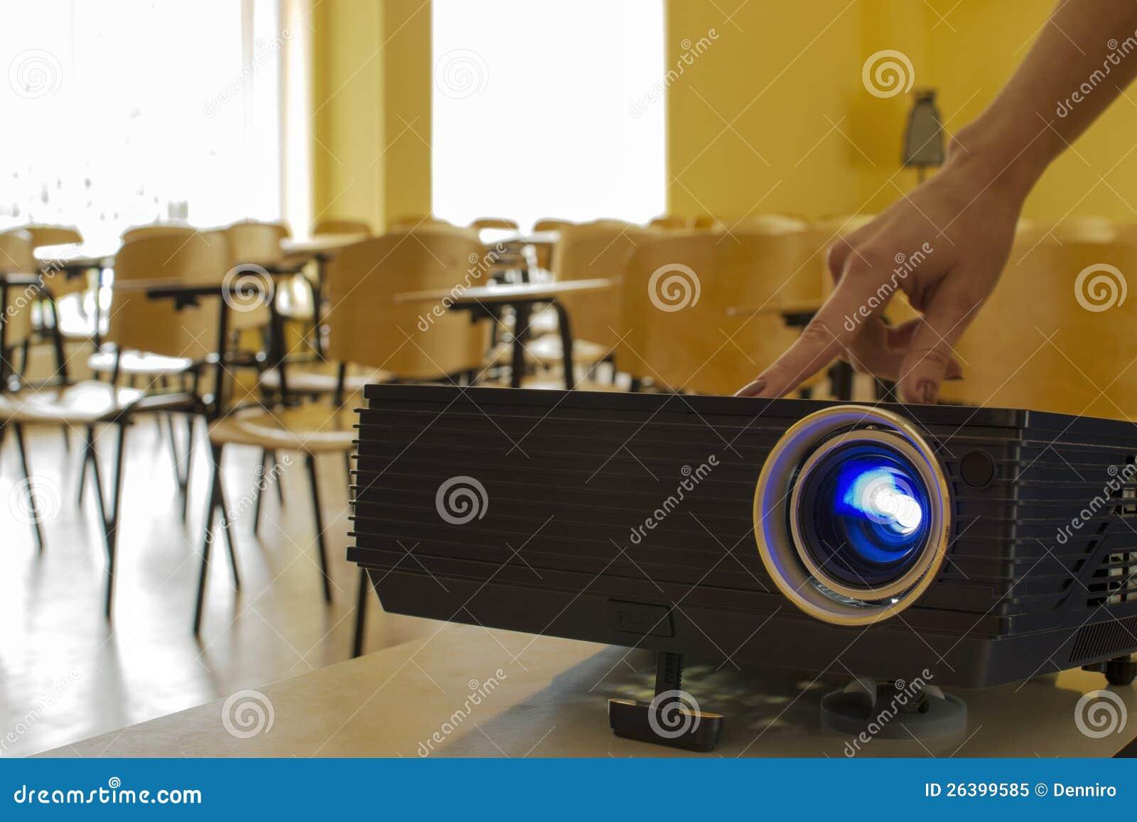 Кнопка отжимать репроектора цифров и руки женщины