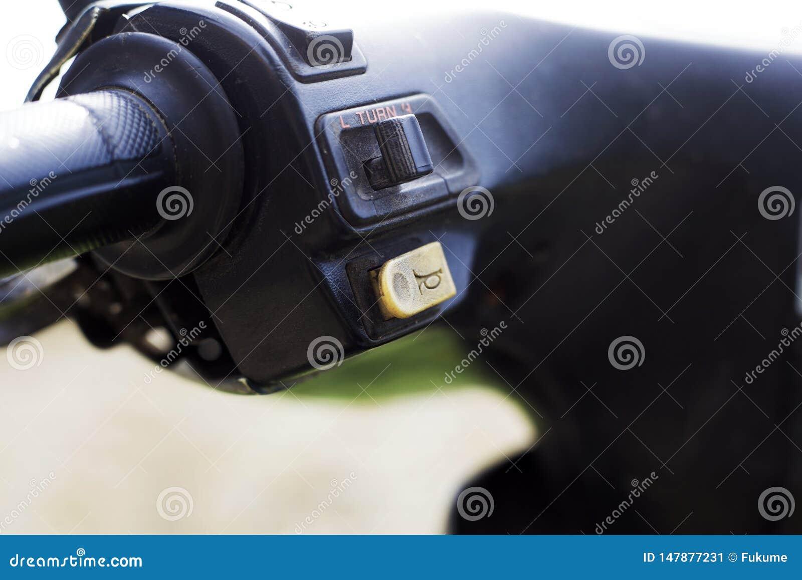 Кнопка рожка скутера на руле