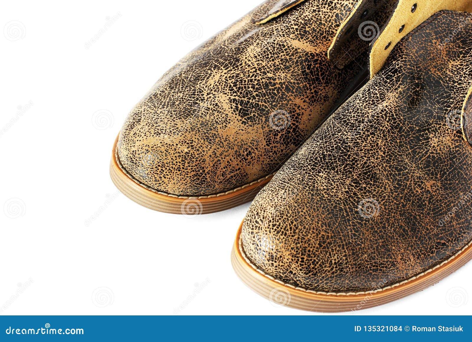 Кожаные ботинки на белой предпосылке