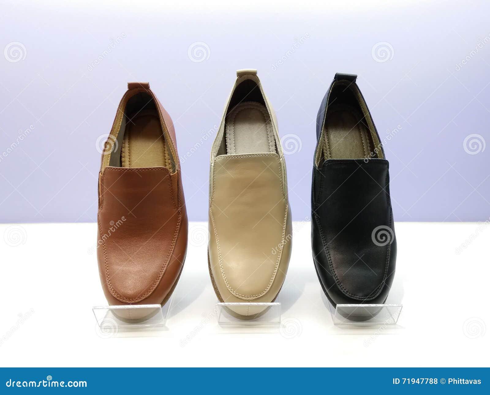 Кожаные ботинки положенные на укрытие