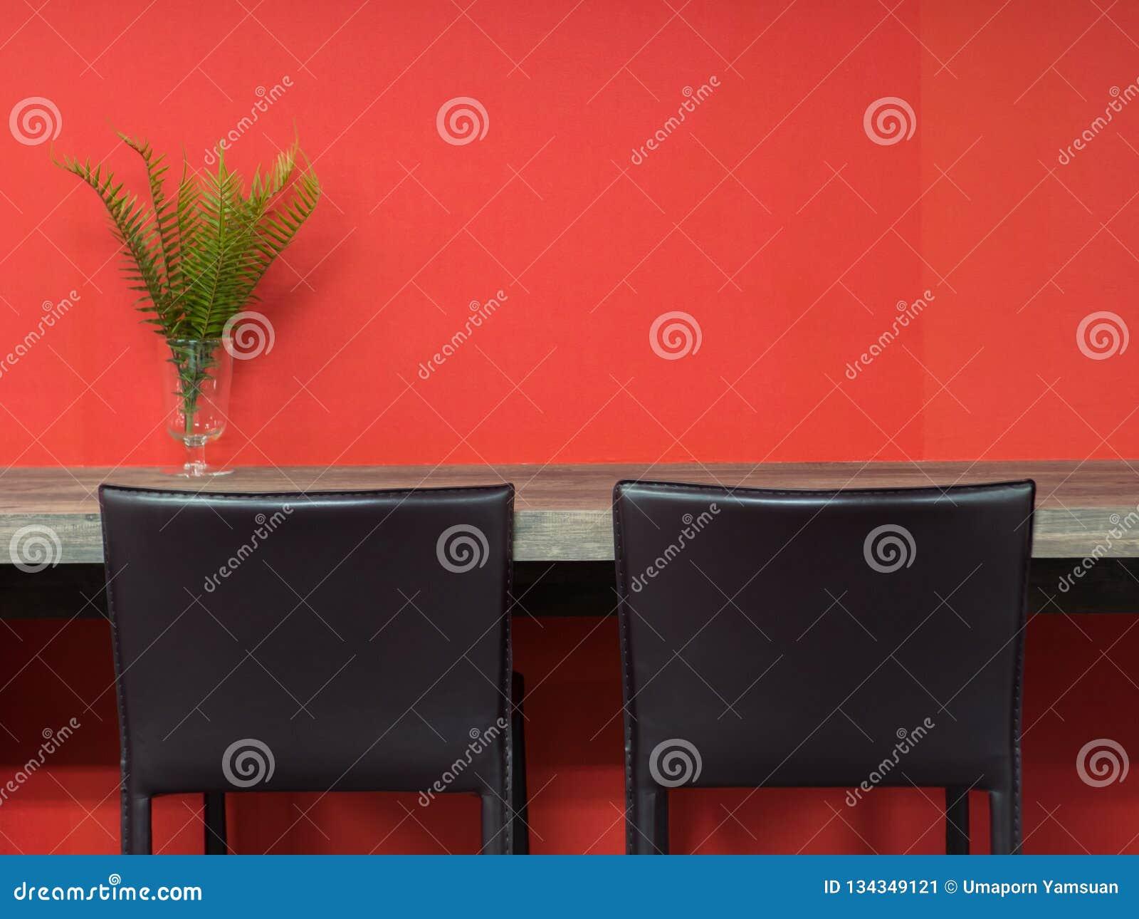 Кожаный коричневый стул с деревянной таблицей в рабочей зоне co