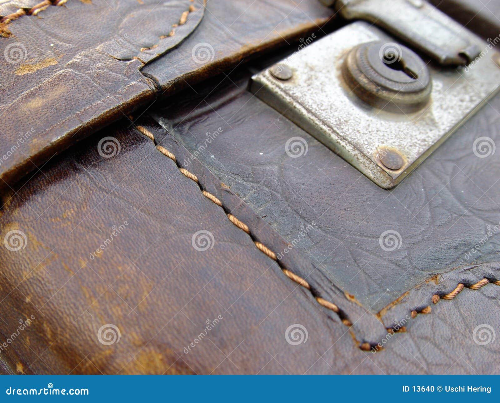 кожаный старый чемодан