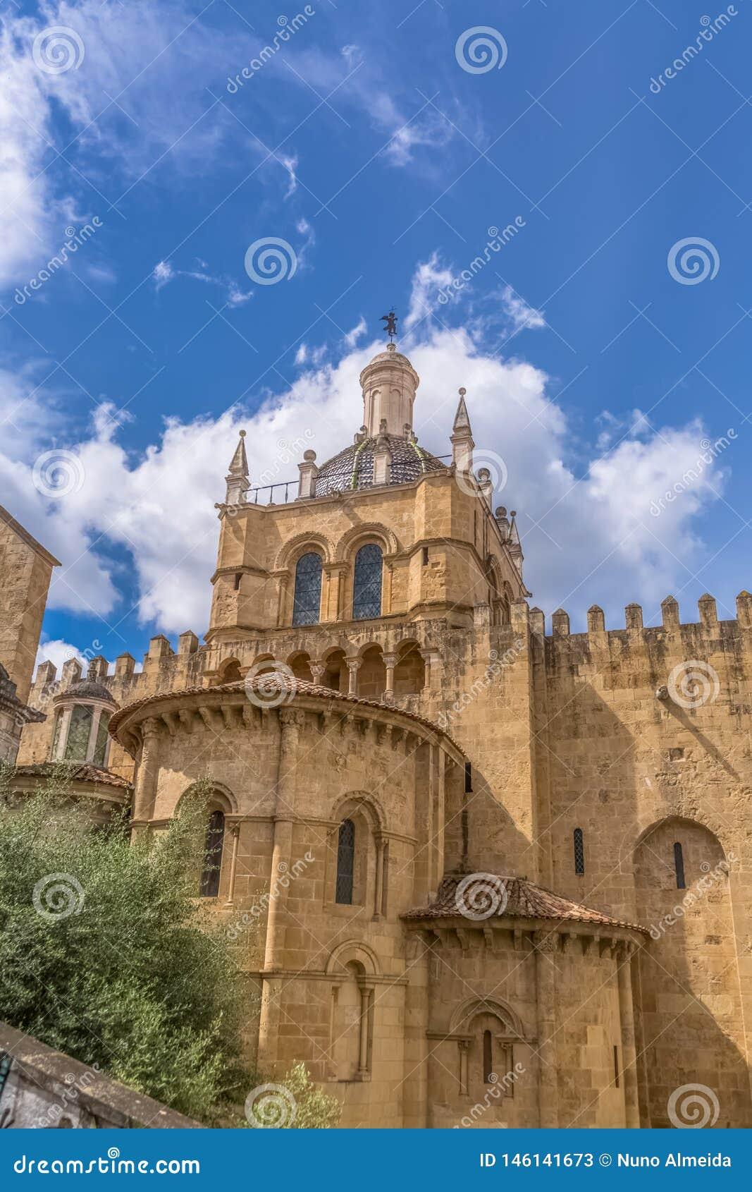Коимбра/Португалия - 04 04 2019: Взгляд бокового фасада готического здания города собора Коимбры, Коимбры и неба как