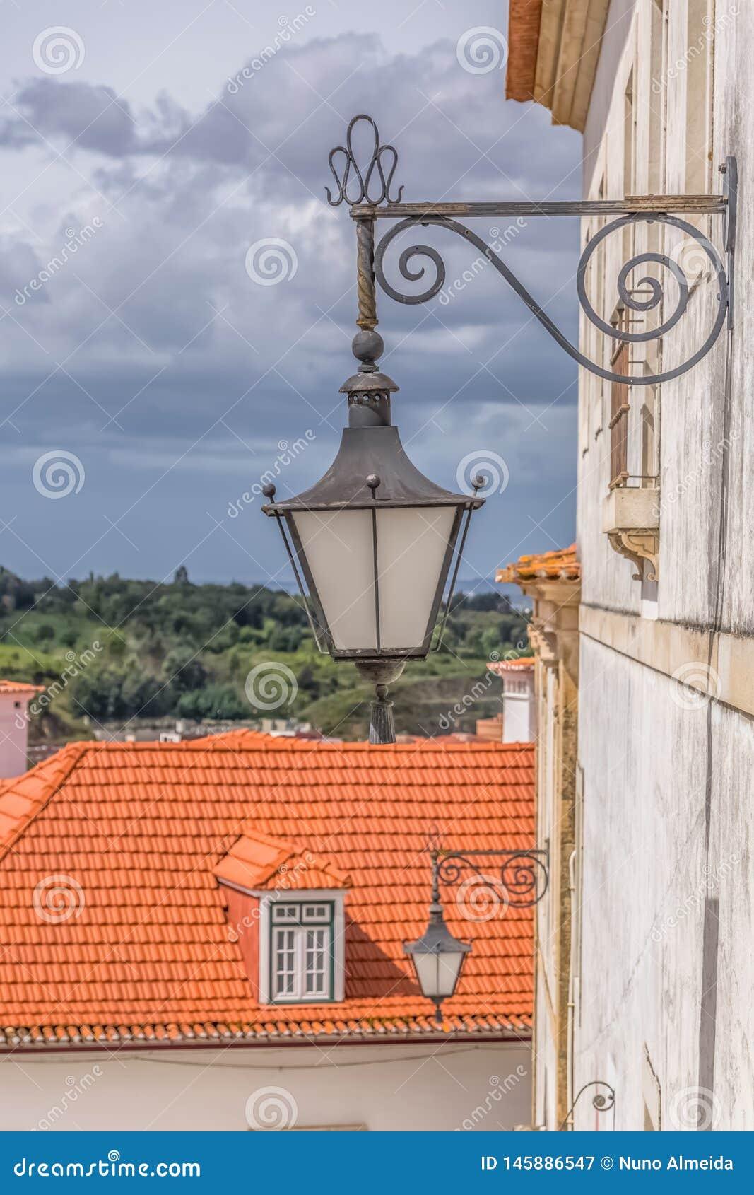 Коимбра/Португалия - 04 04 2019: Взгляд ретро общественного уличного фонаря, в улице города Коимбры, Португалия