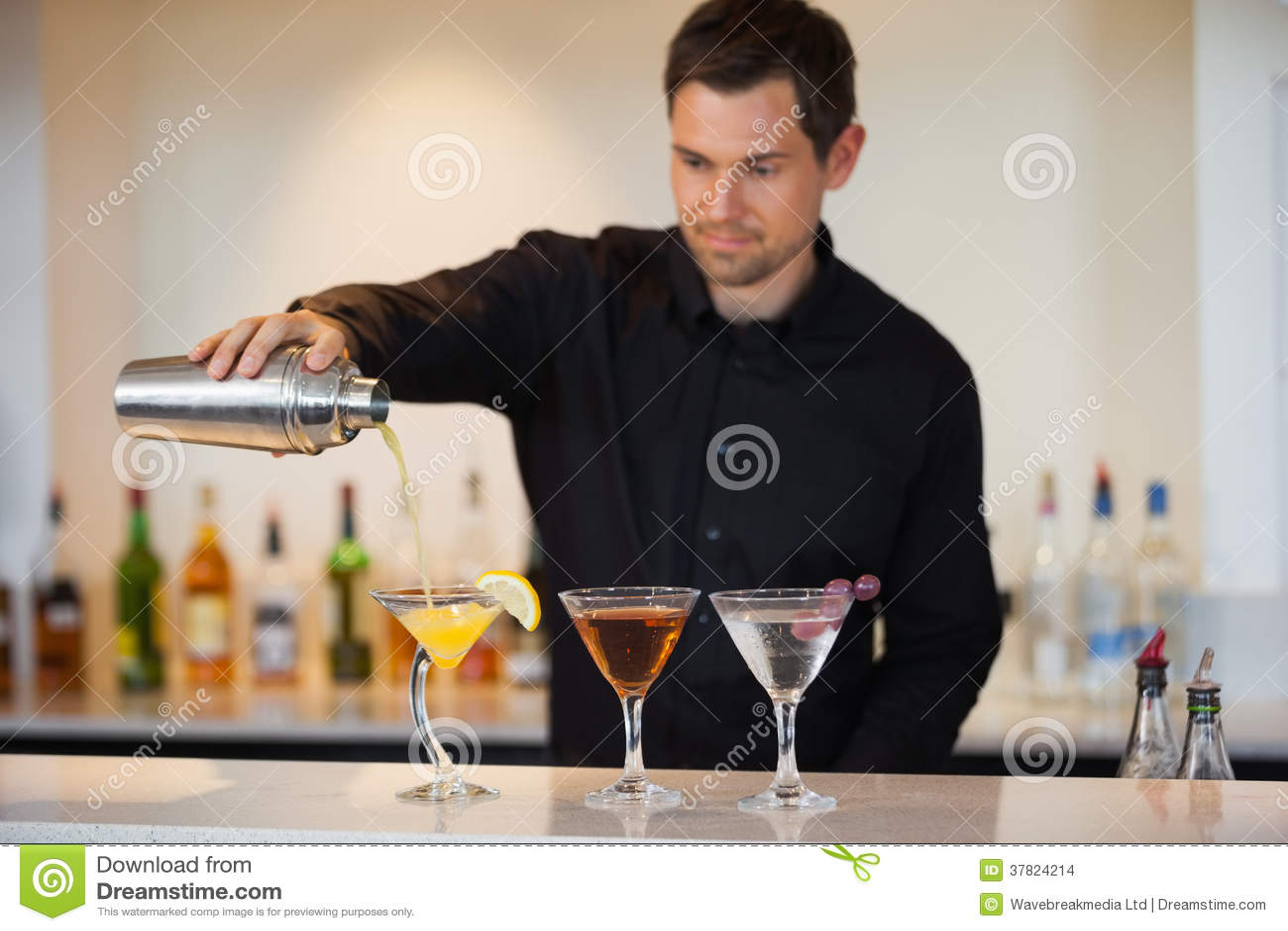 Коктеили бармена лить