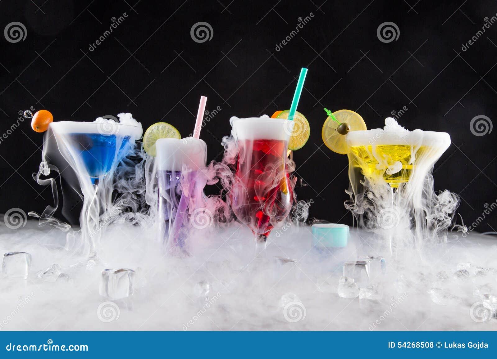 Коктеиль с паром льда на столе бара