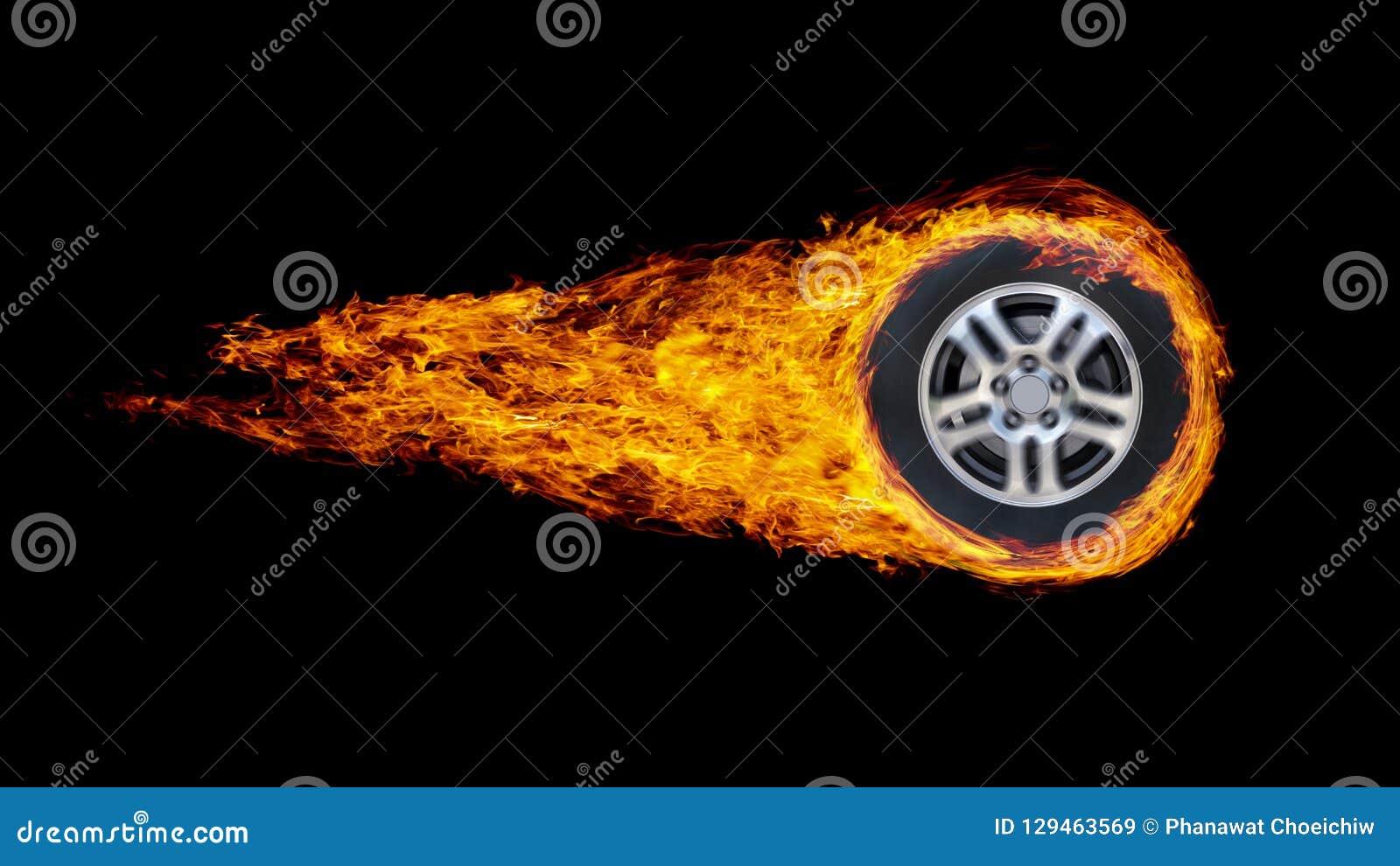 Колесо или круг автомобиля охватили в пламенах изолированных на черном backgr