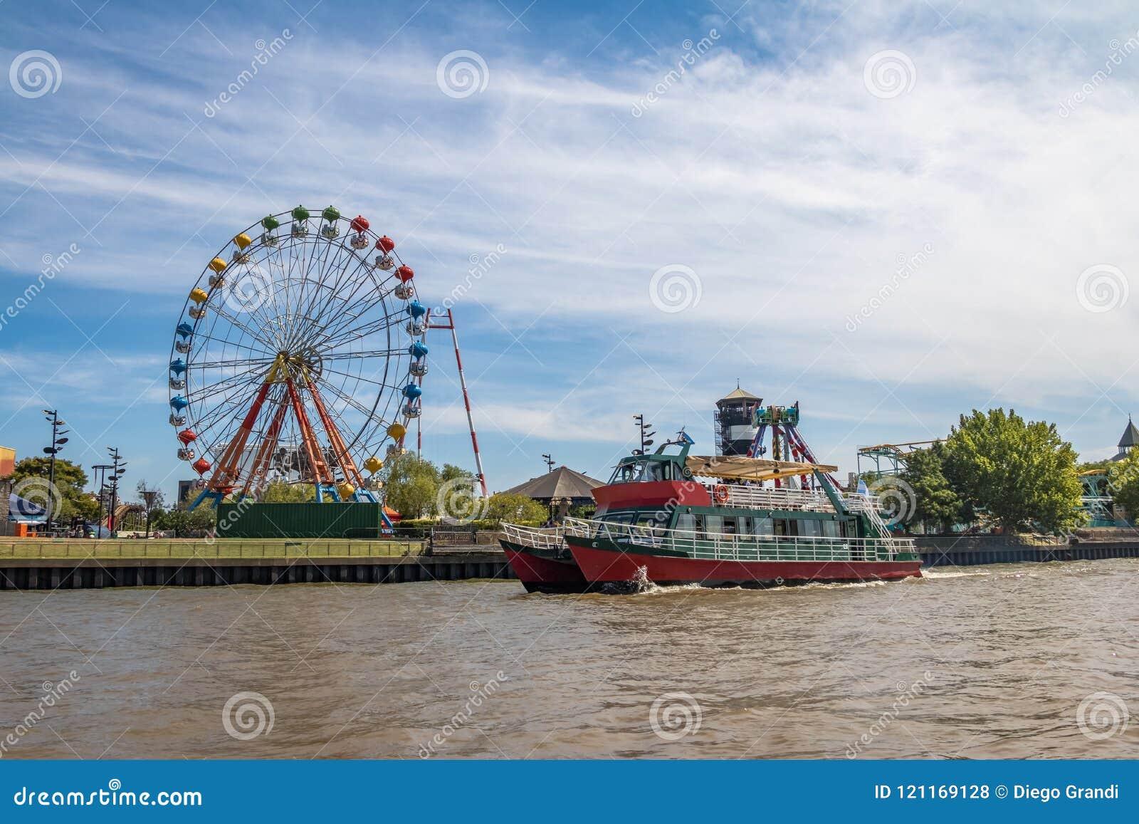 Колесо, парк атракционов и паром Ferris в реке Lujan - Tigre, Буэносе-Айрес, Аргентине