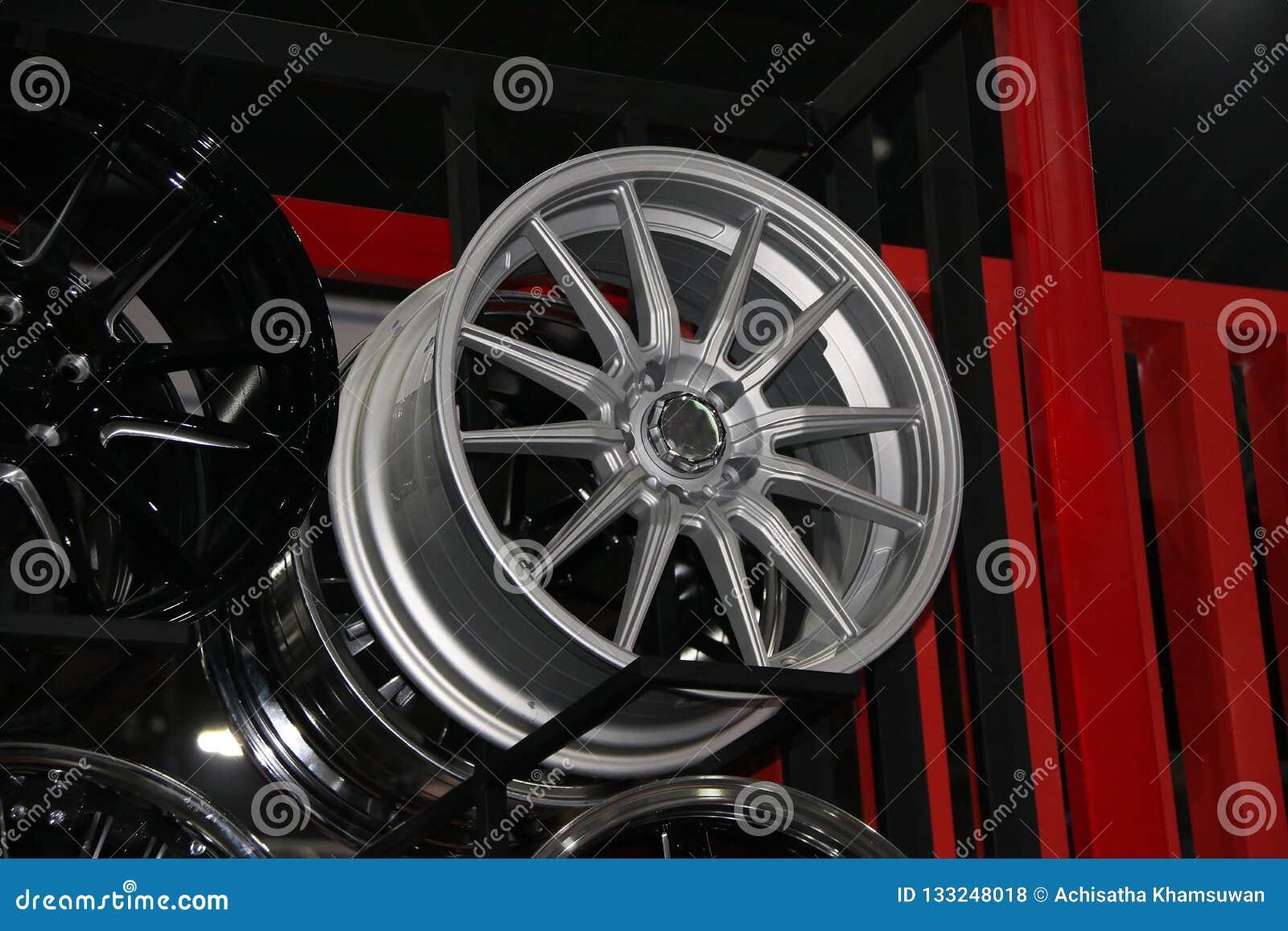 Колесо сплава автомобиля на полке Колеса сплава колеса которые сделаны от сплава алюминия или магния