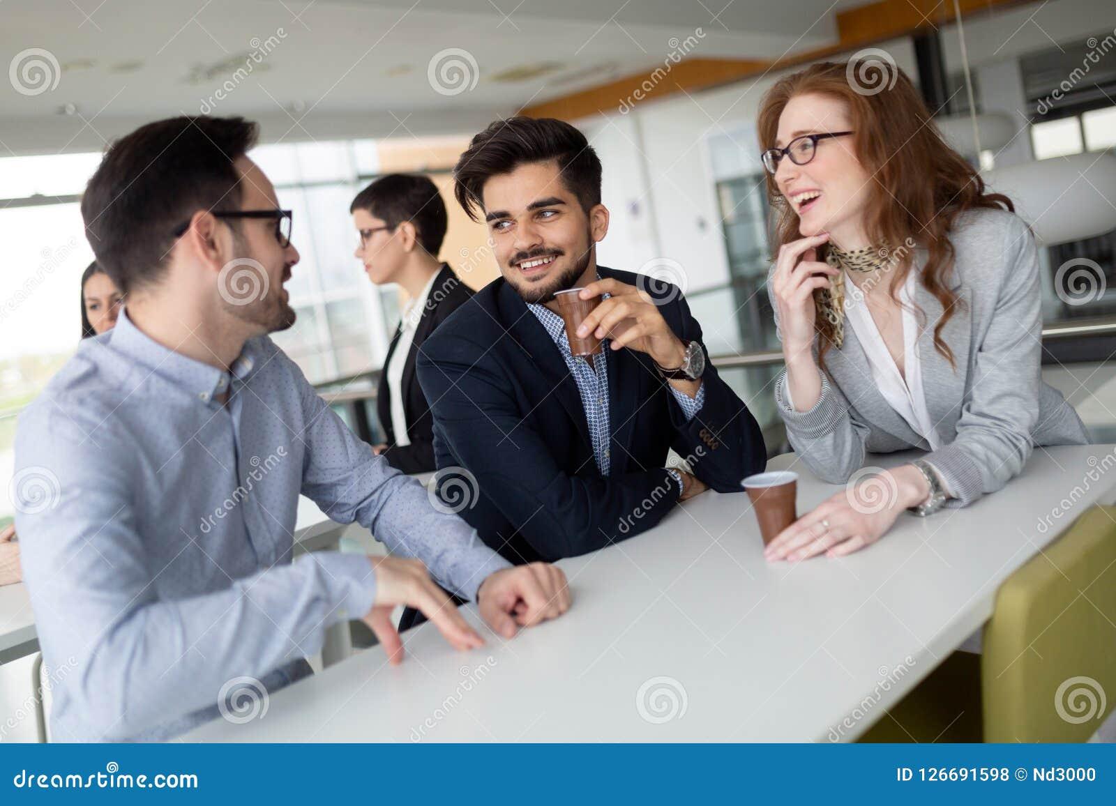 Коллеги дела имея переговор во время перерыва на чашку кофе