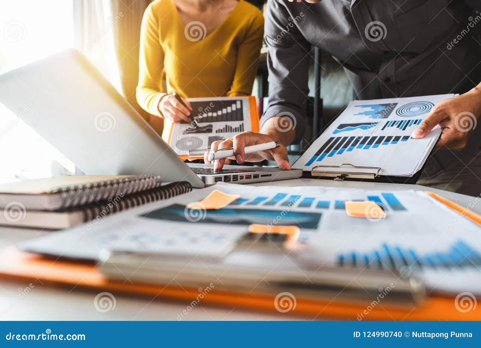 2 коллеги обсуждая данные работая в офисе