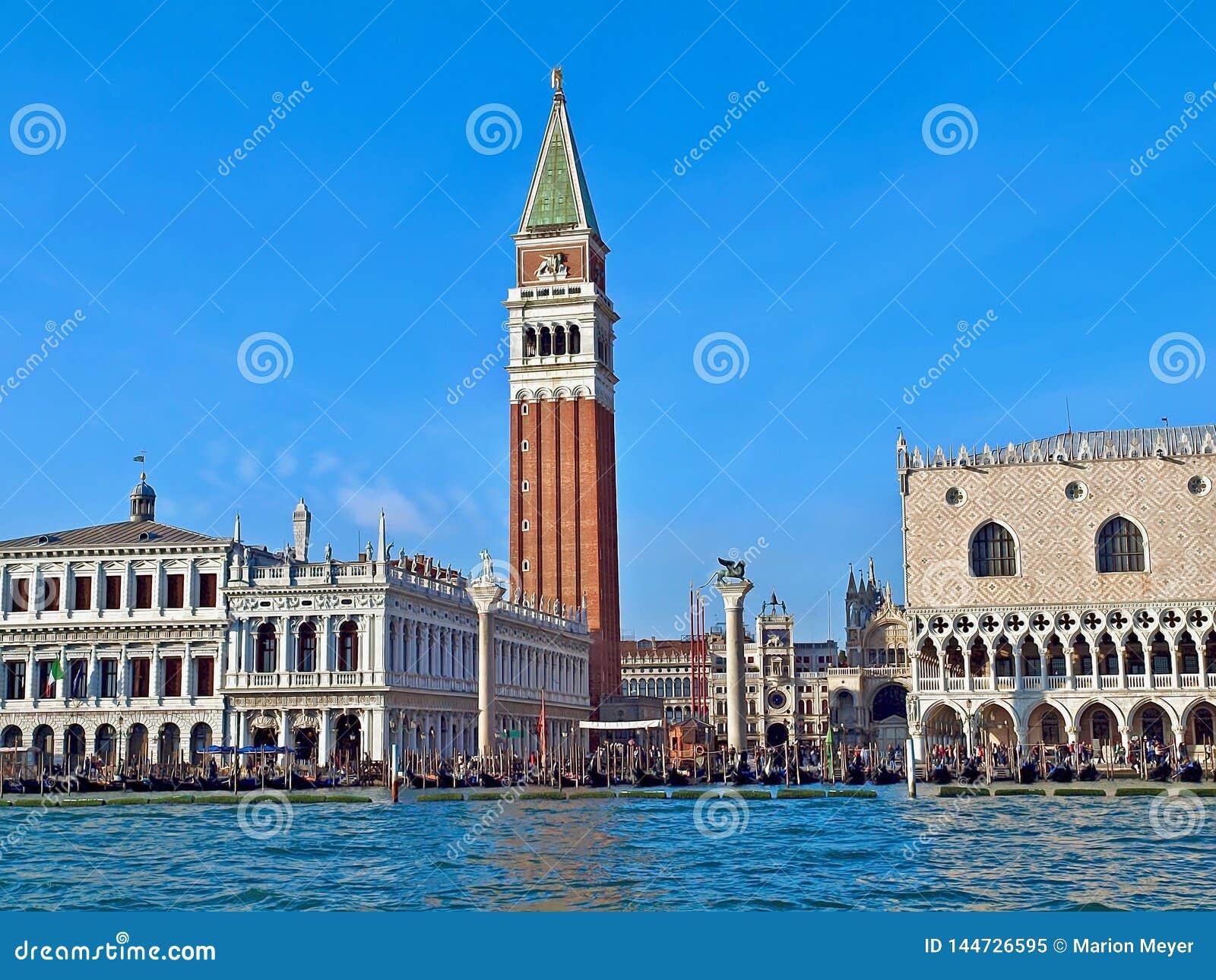 Колокольня и дворец дожа на St Mark в Венеции в Италии
