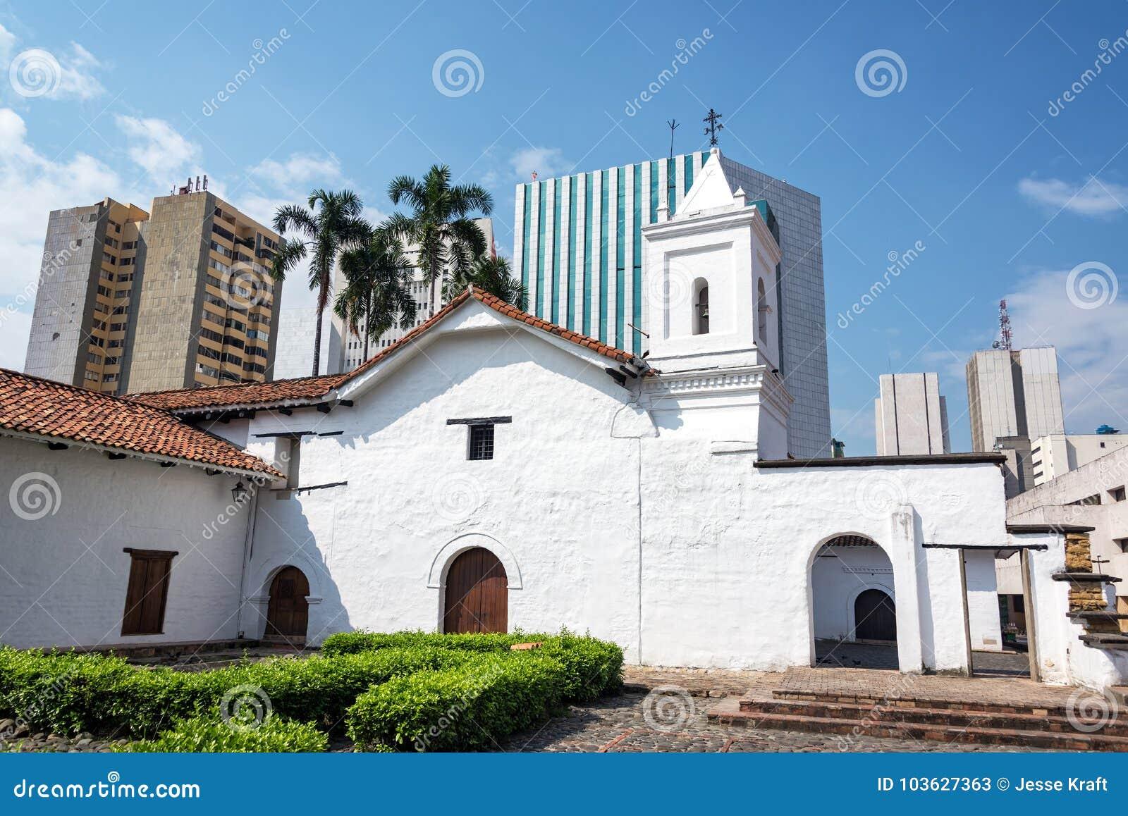 Колониальная церковь и современные небоскребы