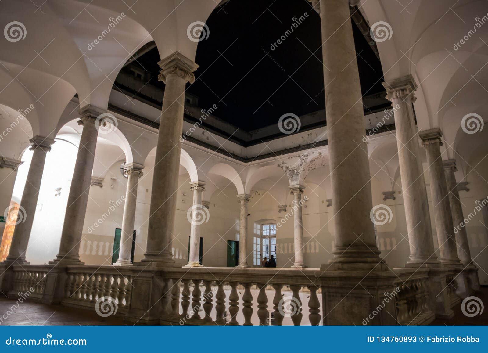 Колоннада внешнего первого этажа Palazzo Дукале к ночь в итальянском городе Генуи Genova, Италии
