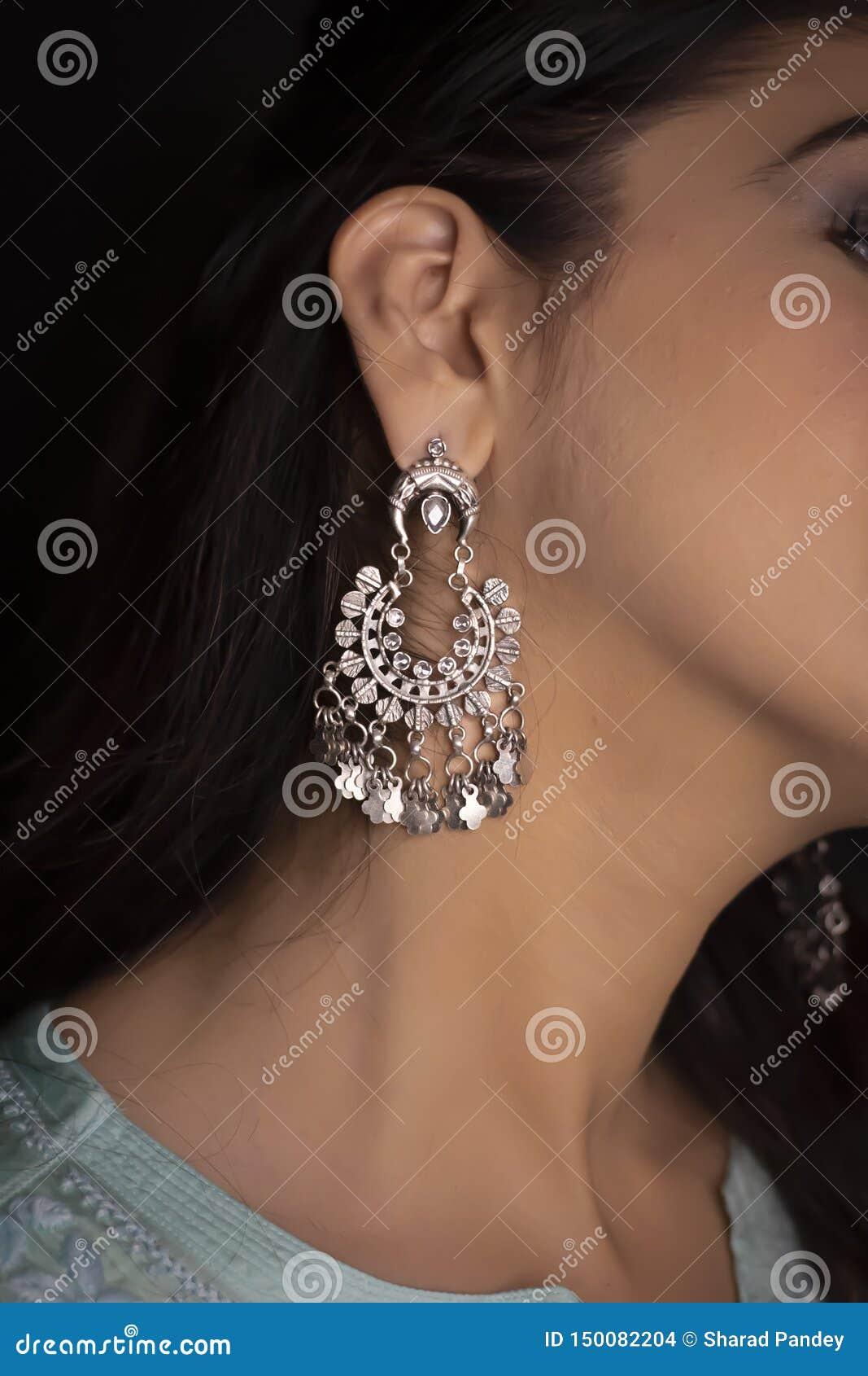 Кольцо женщины нося и украшения bangle