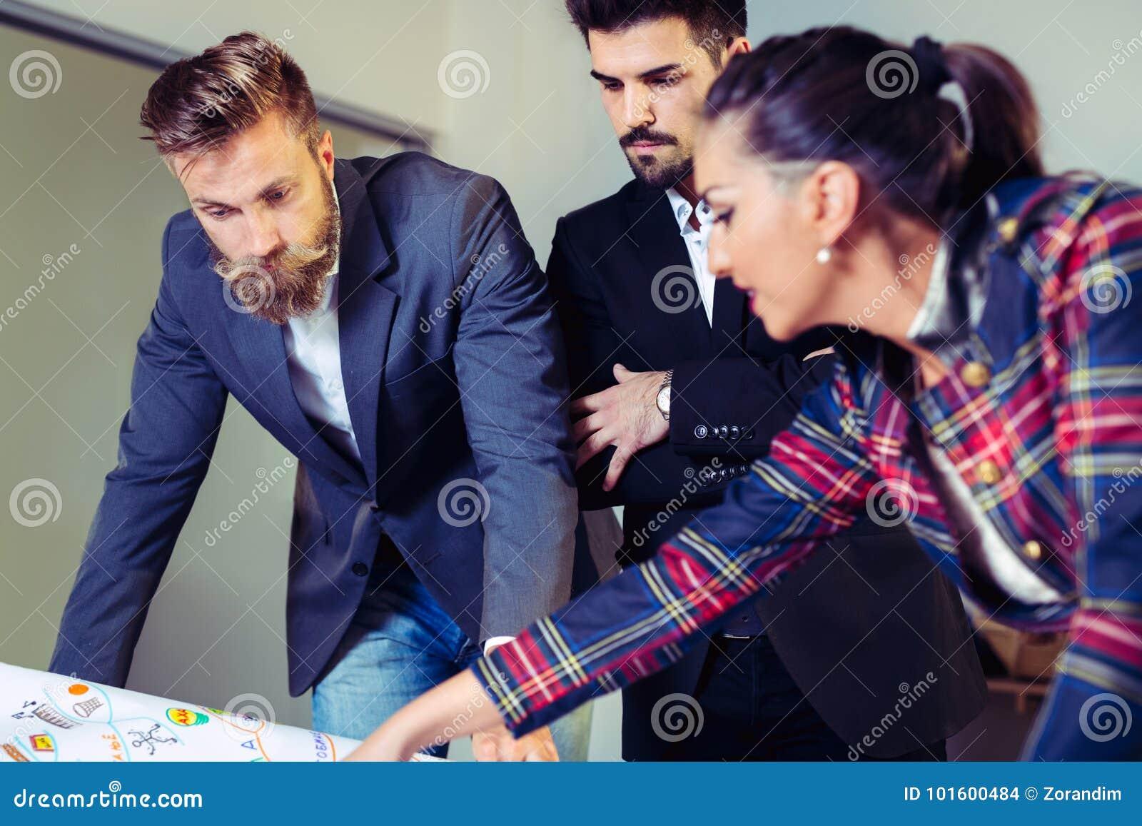 Команда бизнесменов имея встречу в офисе