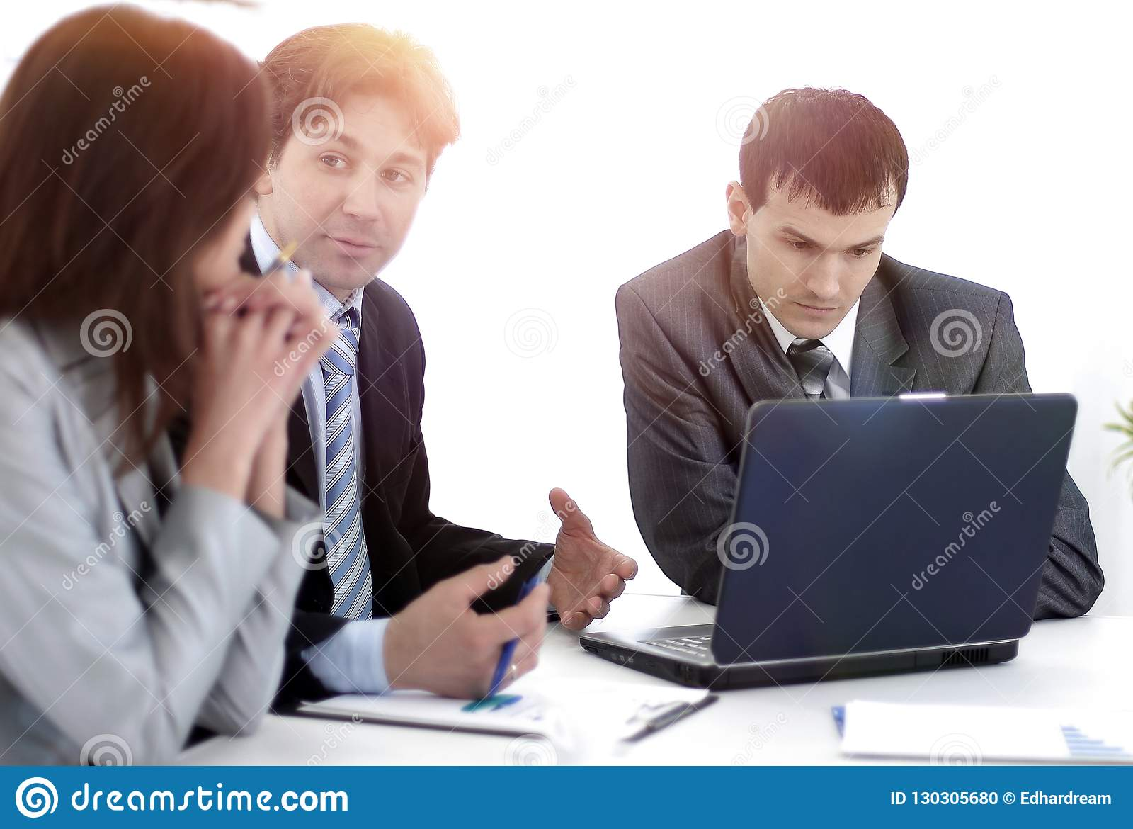 Команда дела обсуждает рабочий план